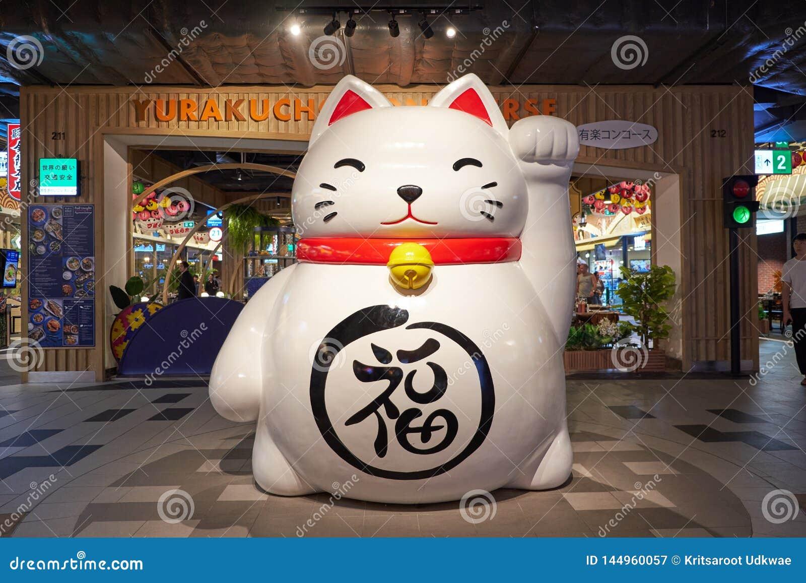 En stor Maneki-neko staty på terminalen 21 Pattaya
