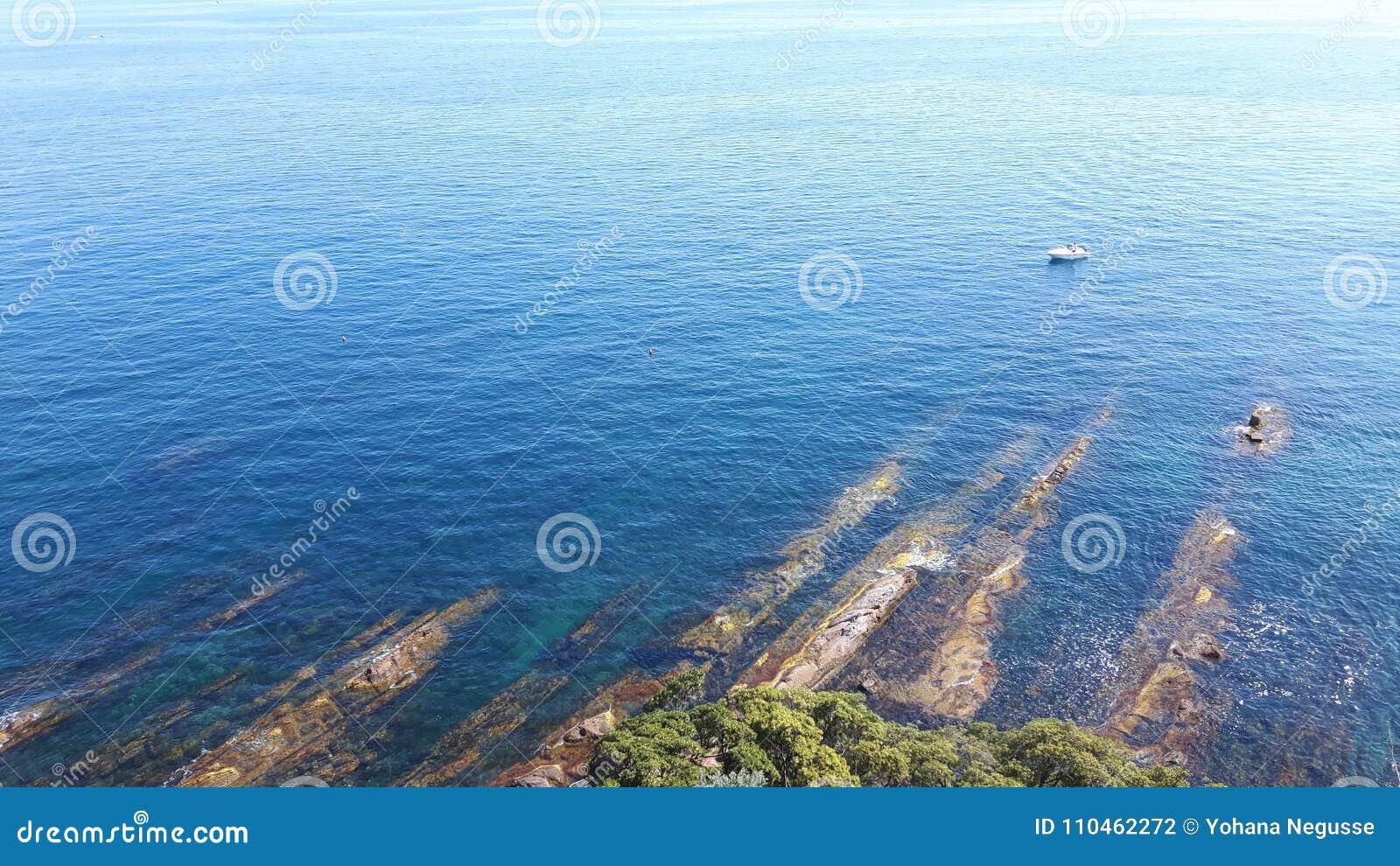 En stor sikt till sjösidan av Genova i Bocadassw