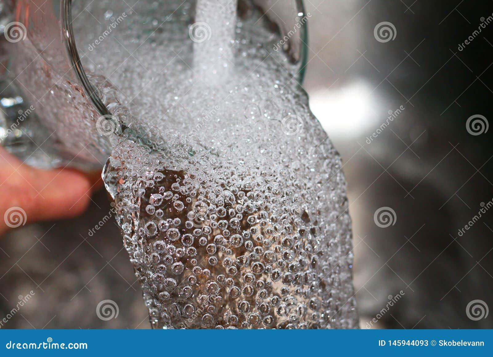 En stråle av vatten fyller exponeringsglaset