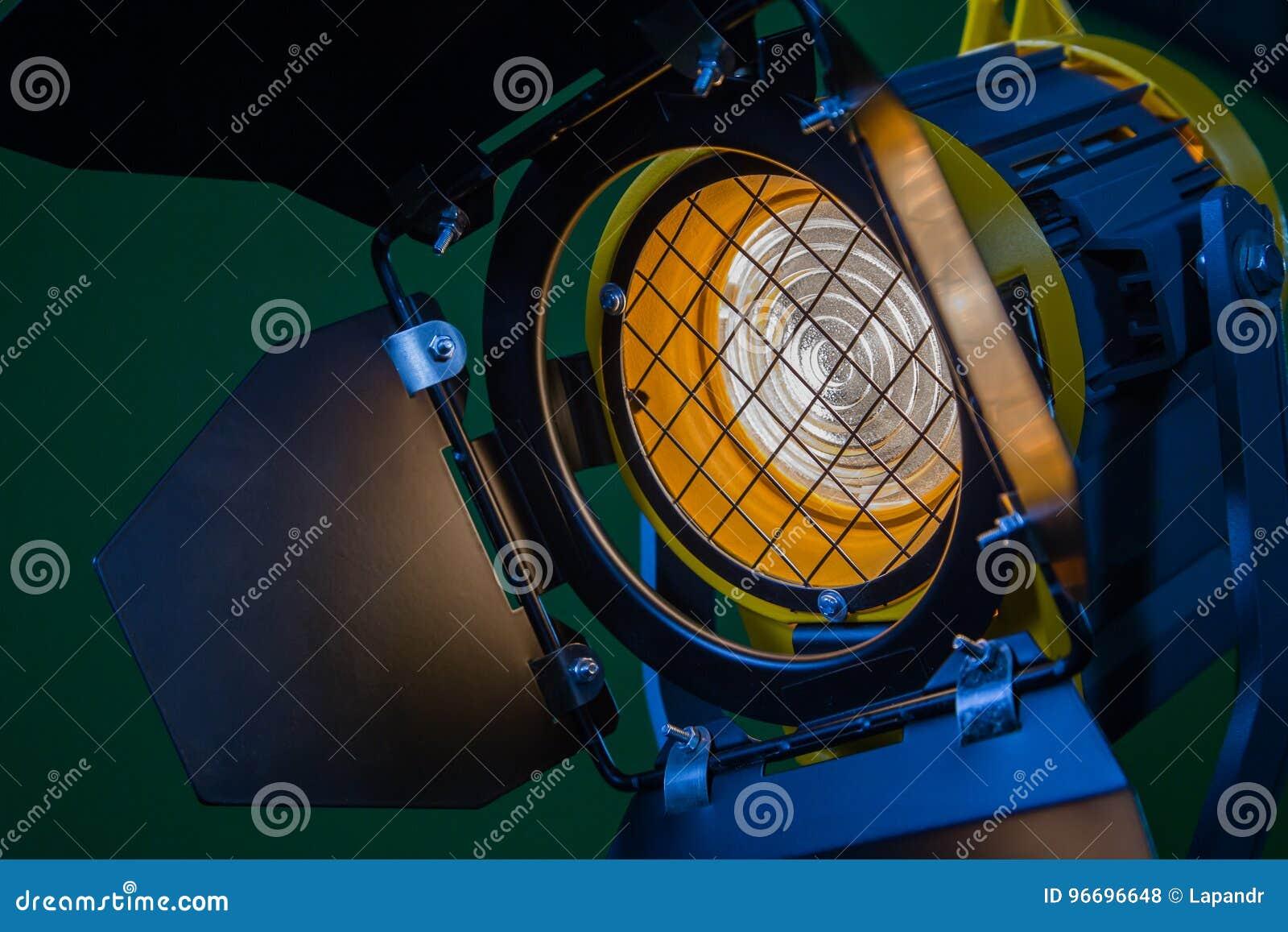 En strålkastare med en Fresnel lins och en halogenlampa Utrustning för att fotografera och att filma i inre Närbild