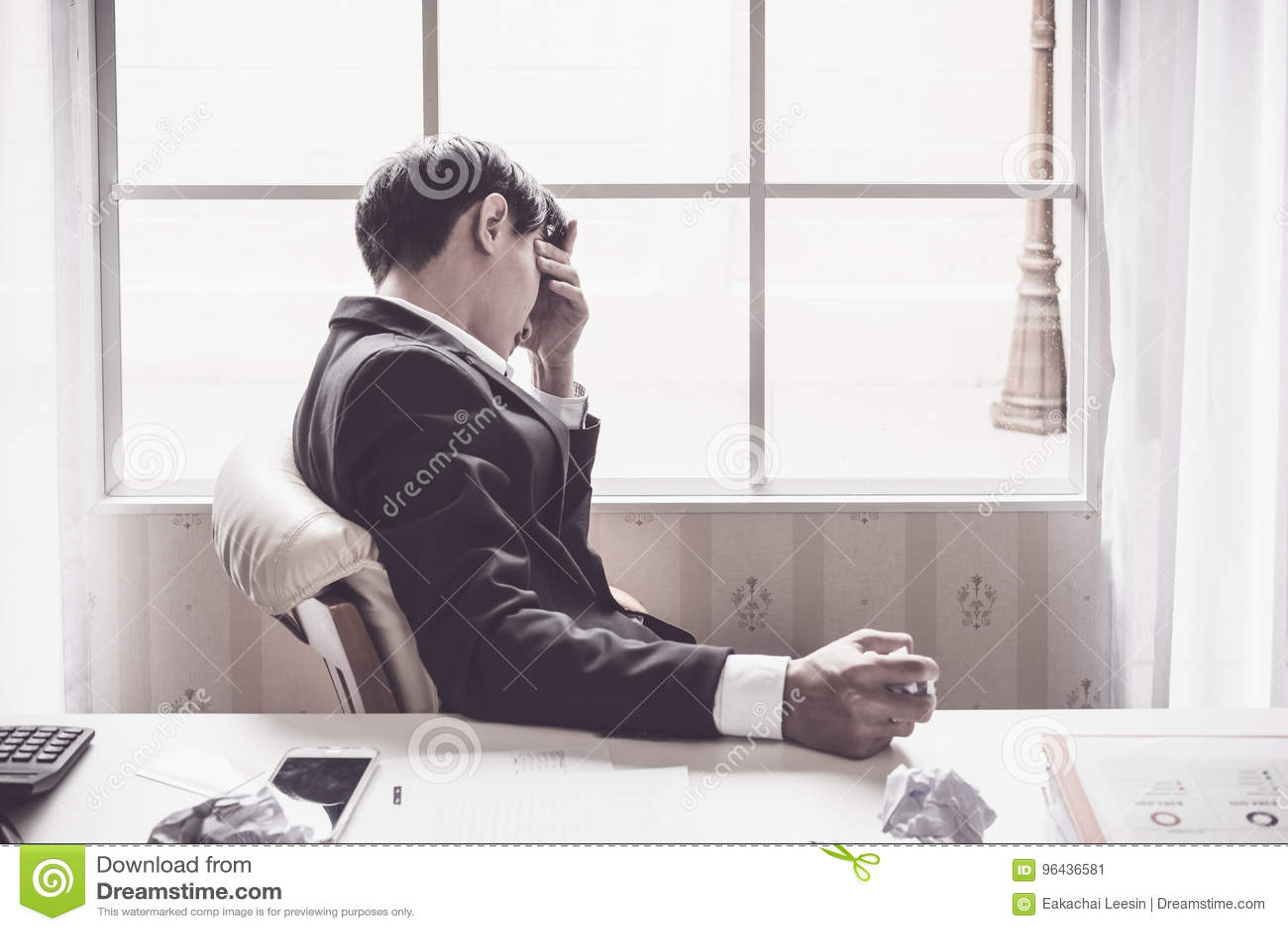 En stressad outaffärsman rymmer hans huvud