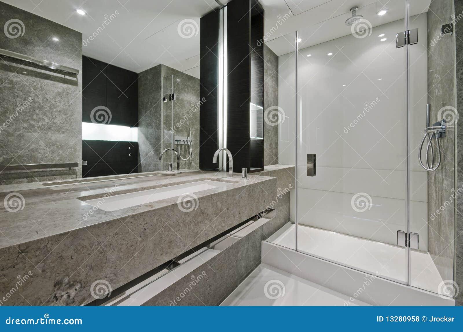 En-Suite Badezimmer stockfoto. Bild von kabine, spiegel ...