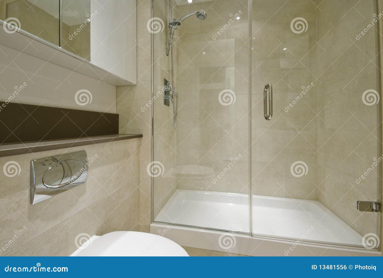 En-Suite Badezimmer stockfoto. Bild von tür, chrom, mischer ...