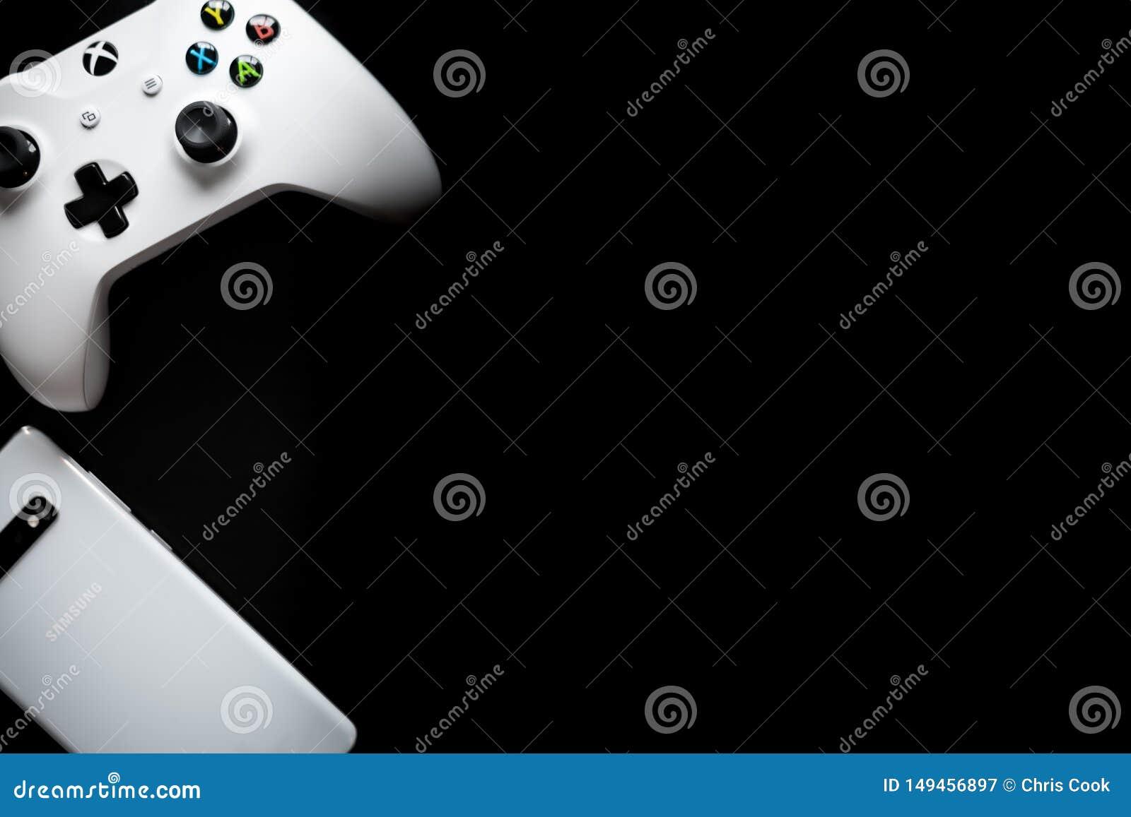 En telefon och en kontrollant sitter sidan - vid - sidan som att spela blir m?ng--plattformen