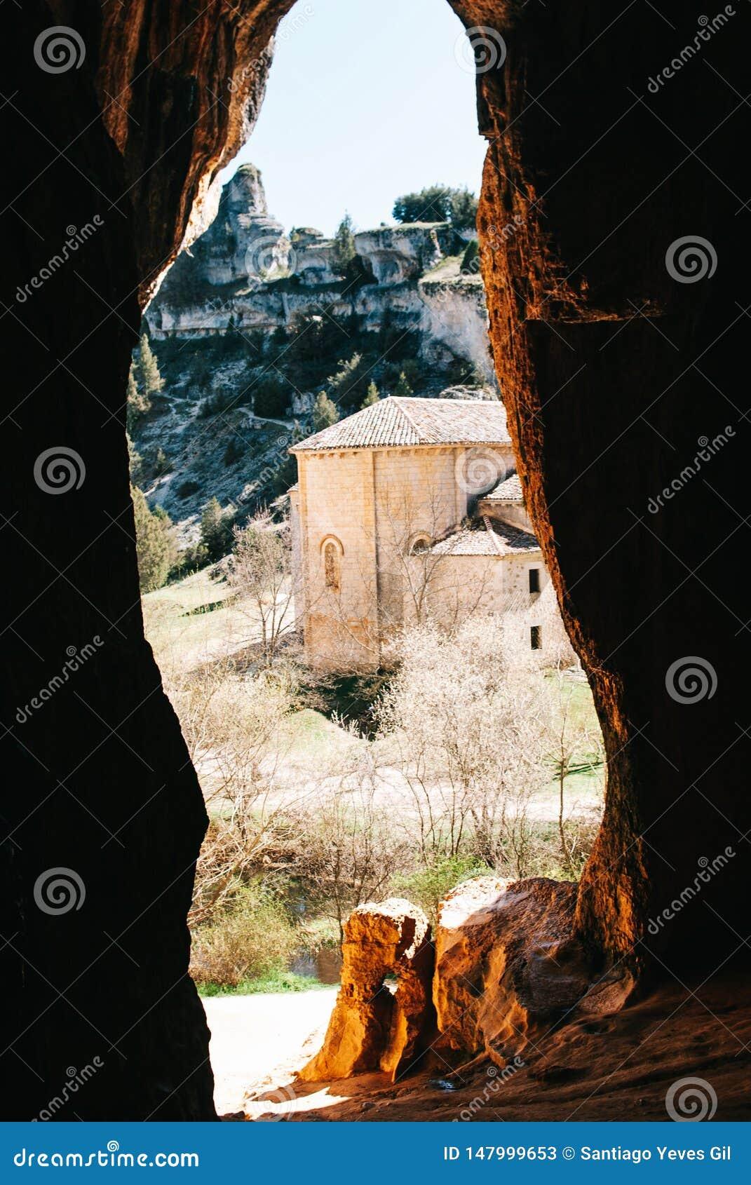 En templar kyrka från en grotta