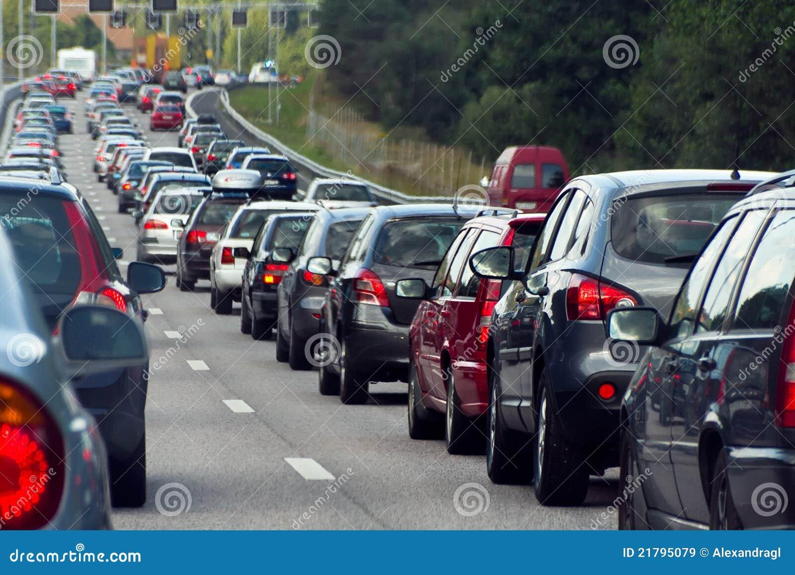 En trafikstockning med rader av bilar
