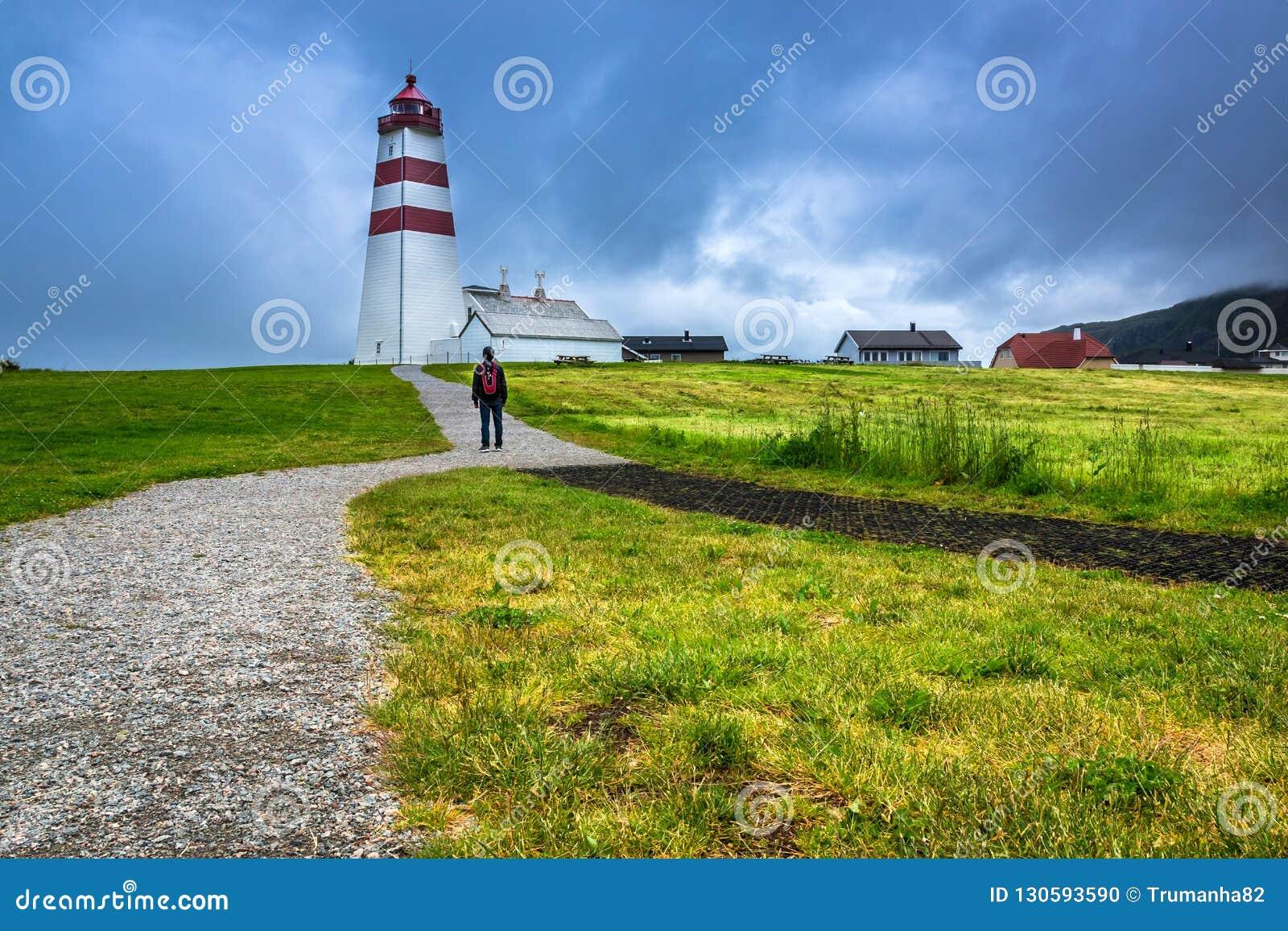 En turist- besökAlnes fyr på den Godoy ön nära Alesund
