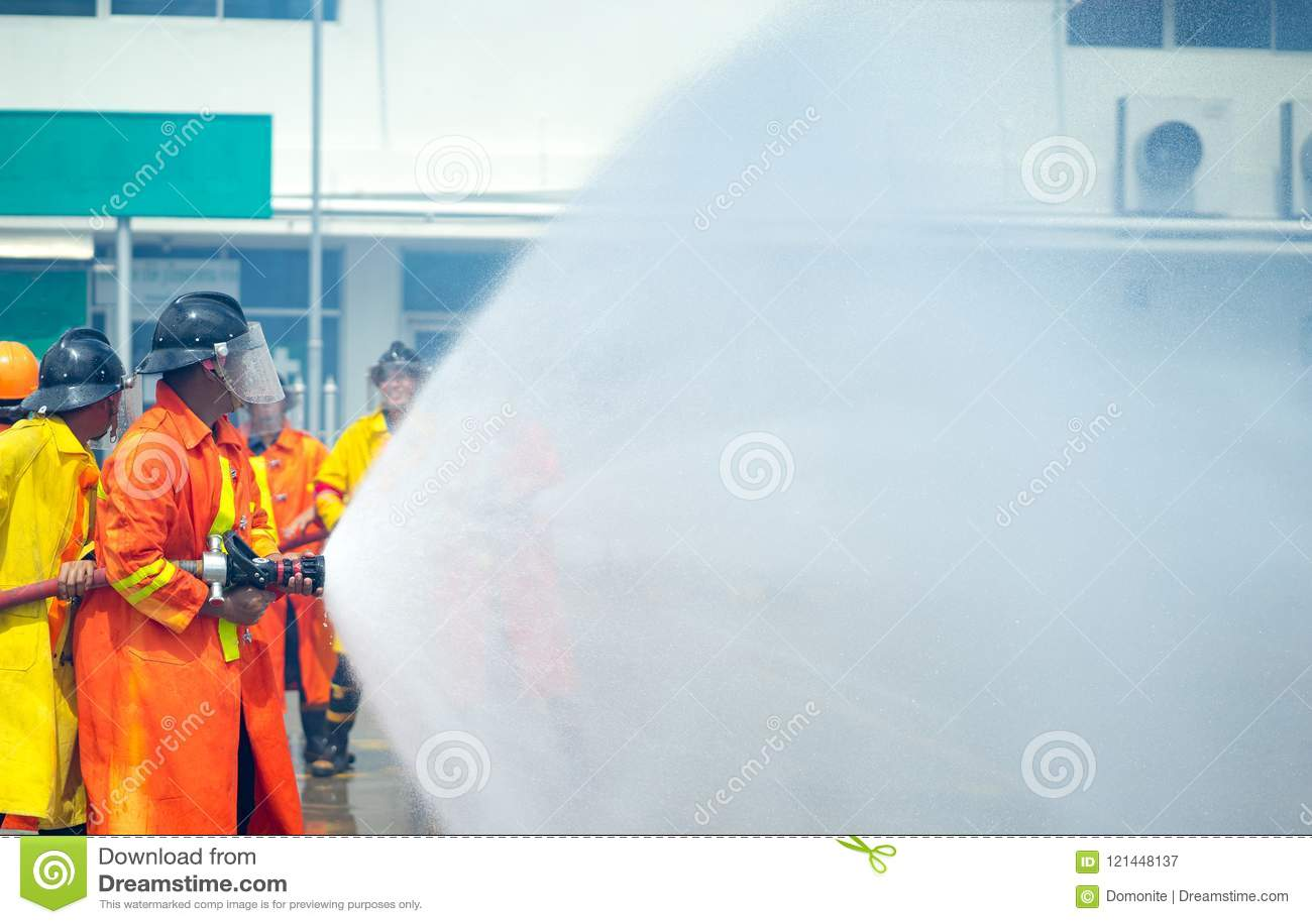 En una situación de emergencia del entrenamiento del bombero , usin del bombero