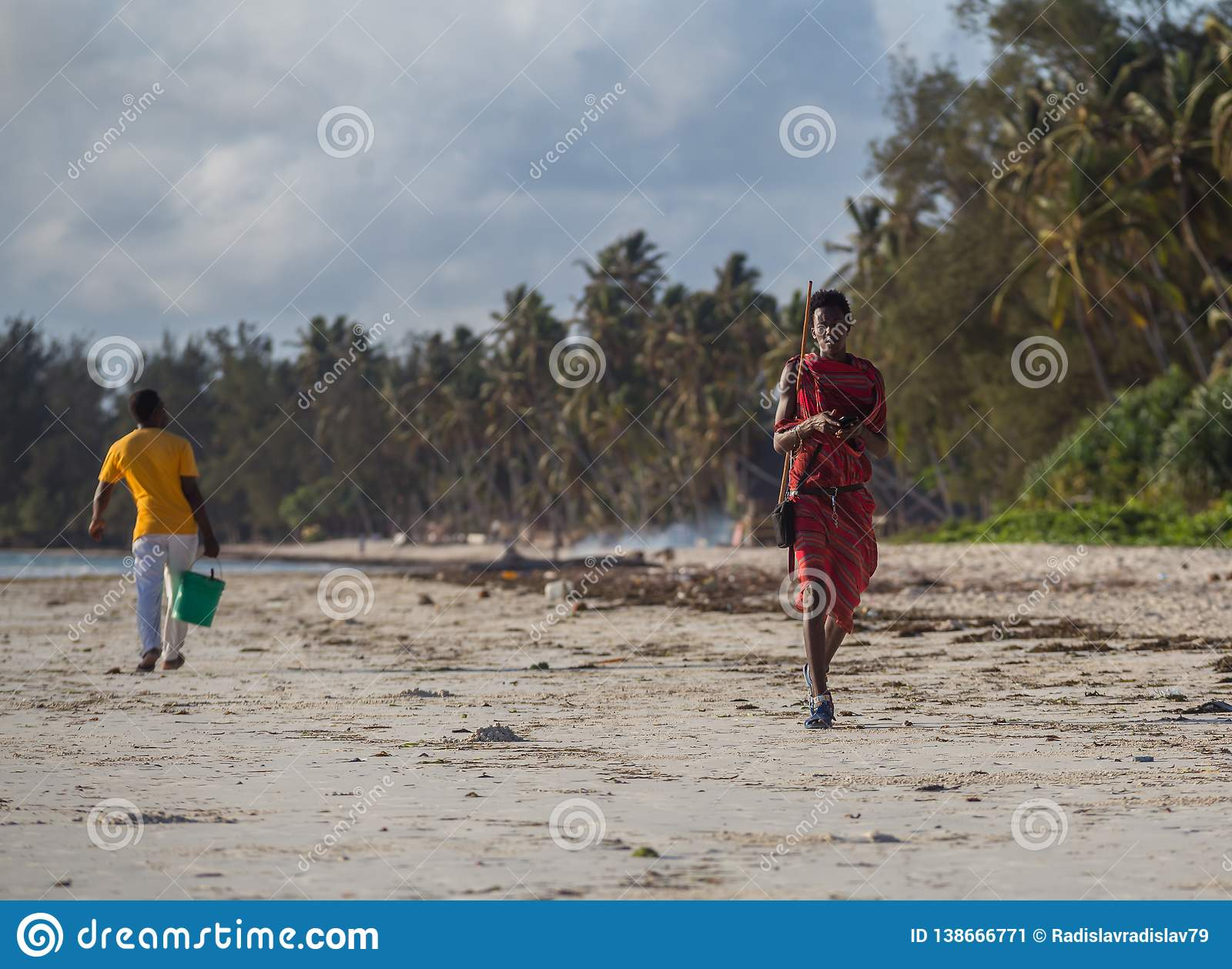 En ung grabb hjälper hans fader och bär saker till fartyget Seascape med den folk-, fartyg- och horisontlinjen