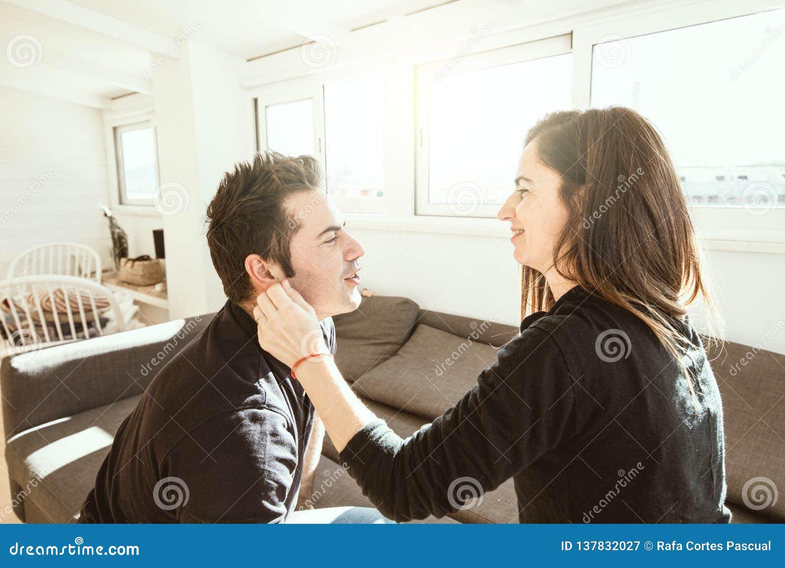 En ung kvinna som affectionately smeker hennes partner