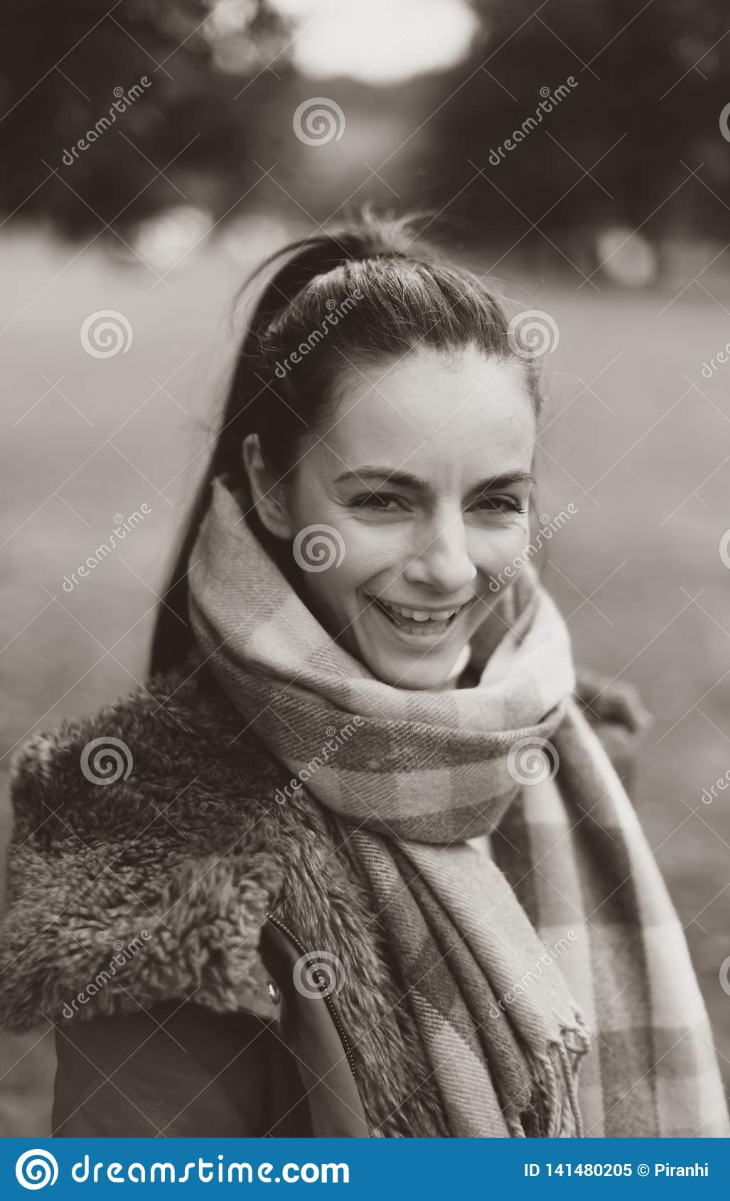 En ung kvinnlig caucasian kvinna som skrattar på kameran