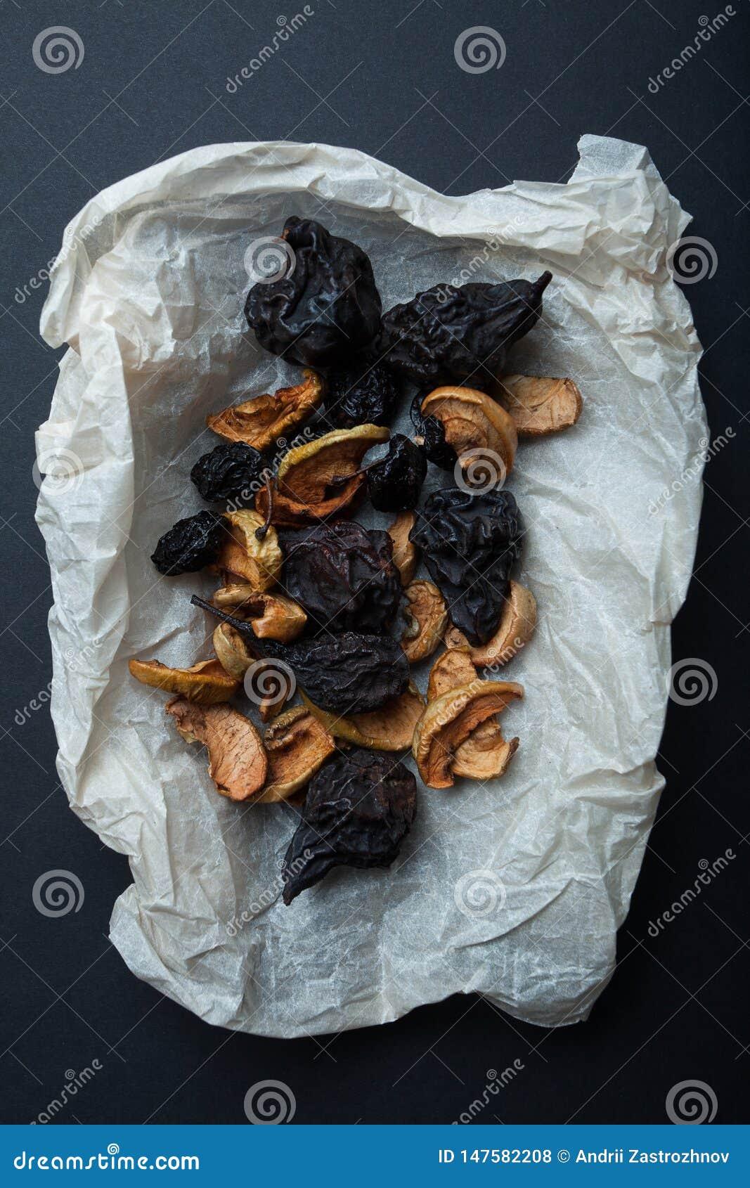 En uppsättning av torkade, torkade och rökte frukter för en traditionell drink - kompott