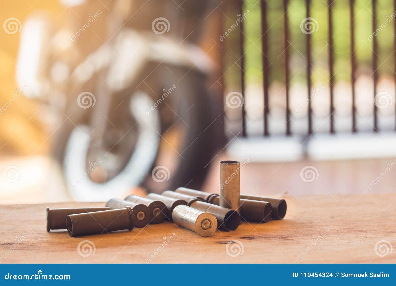 En uppsättning som är van vid av gamla kulor och kassetter på wood bakgrund