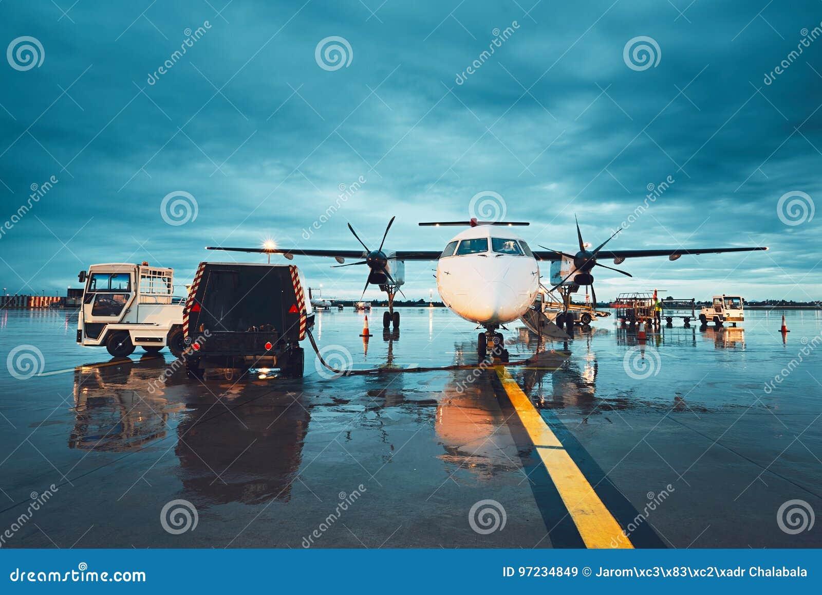 En upptagen flygplats i regnet