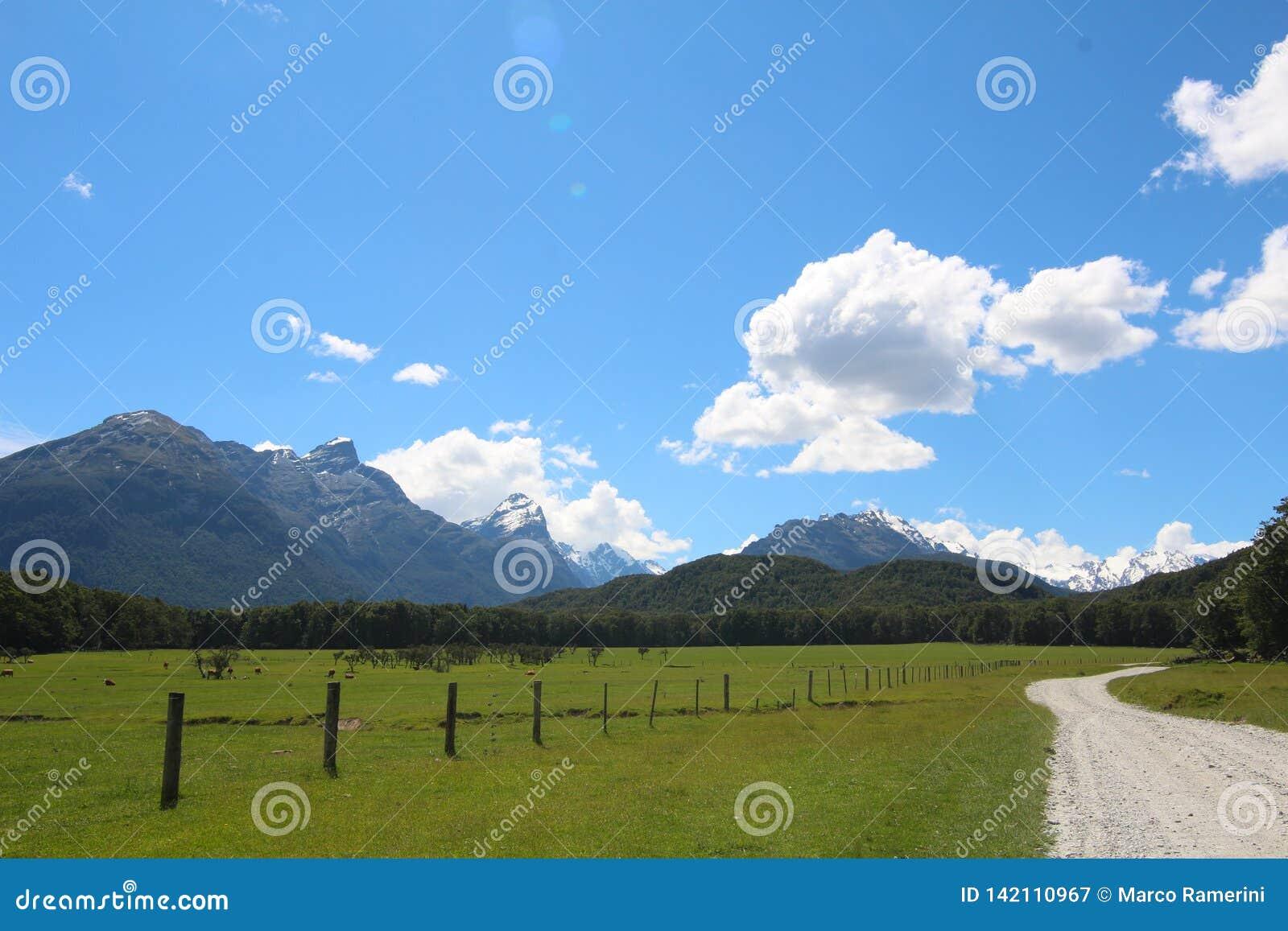 En väg längs pilen River Valley, Nya Zeeland