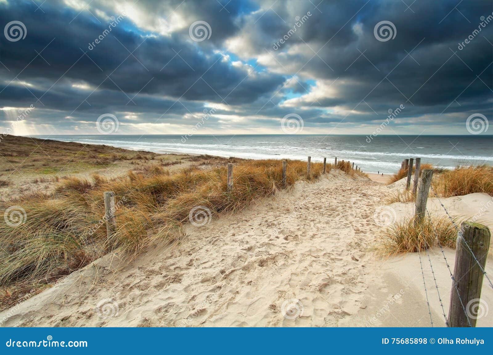 Enarene la trayectoria con la cerca a la playa de Mar del Norte
