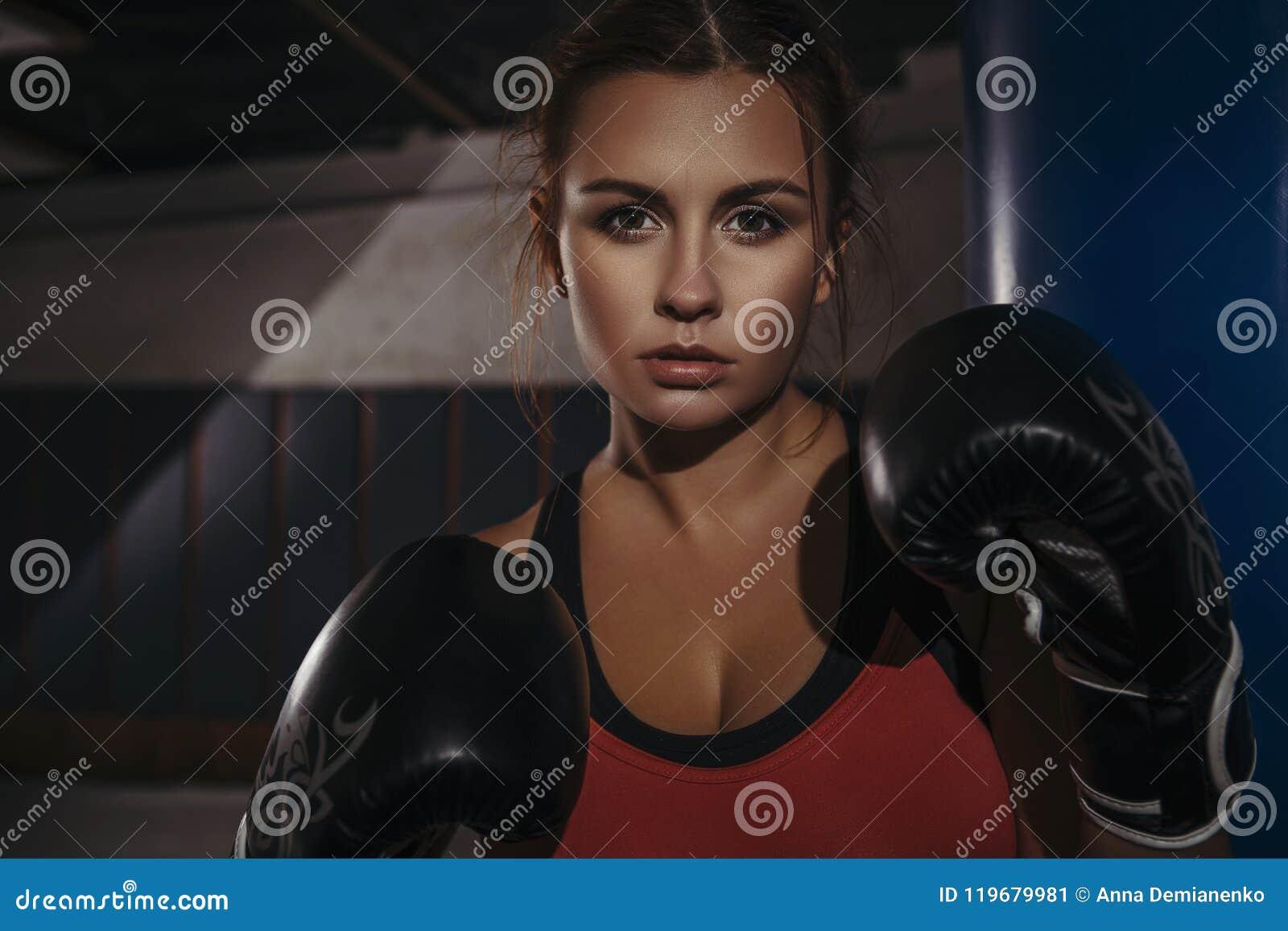 Encaixotamento moreno bonito novo magro apto da mulher no sportswear A Dinamarca