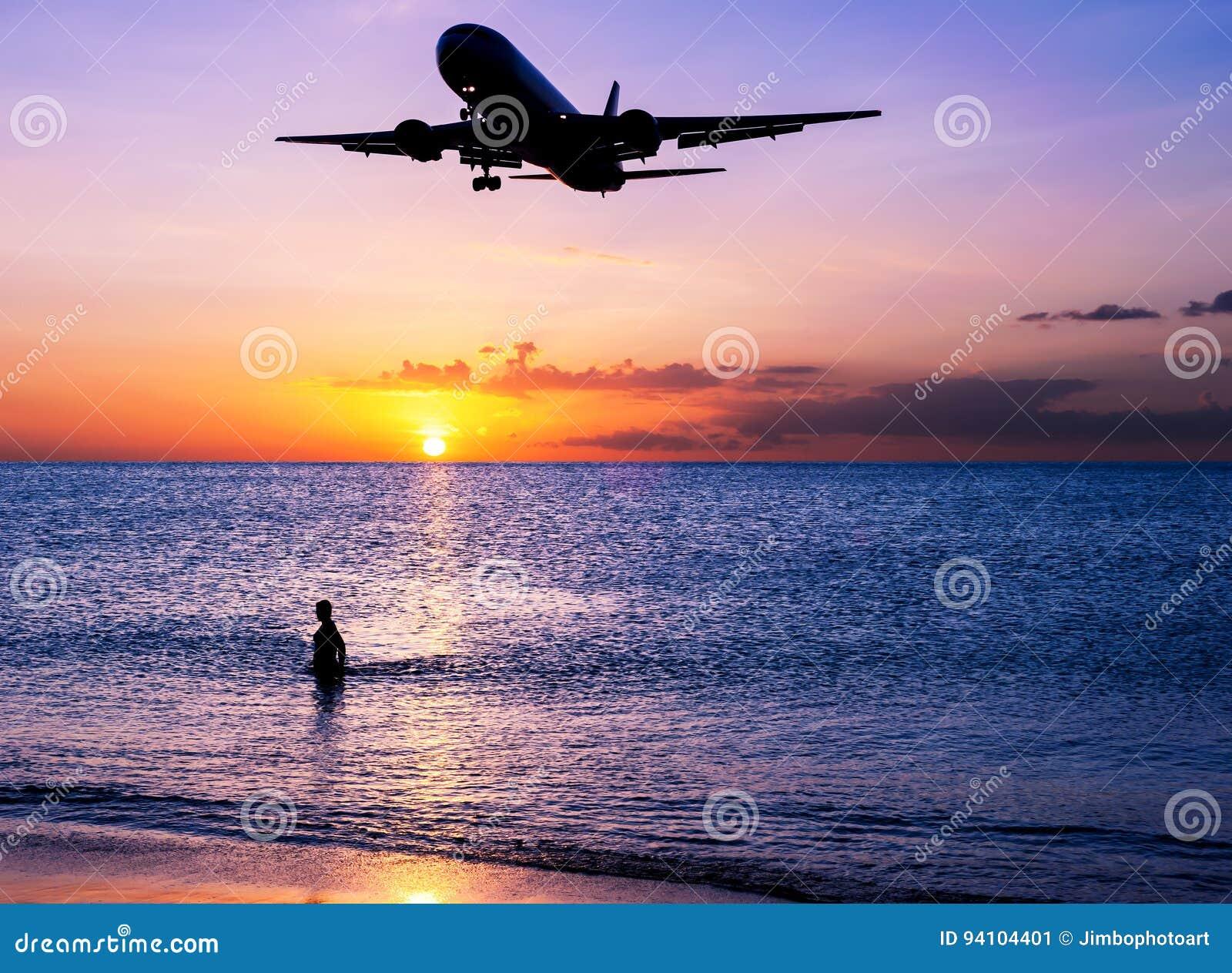 Encalhe a areia com por do sol do avião e do céu no crepúsculo