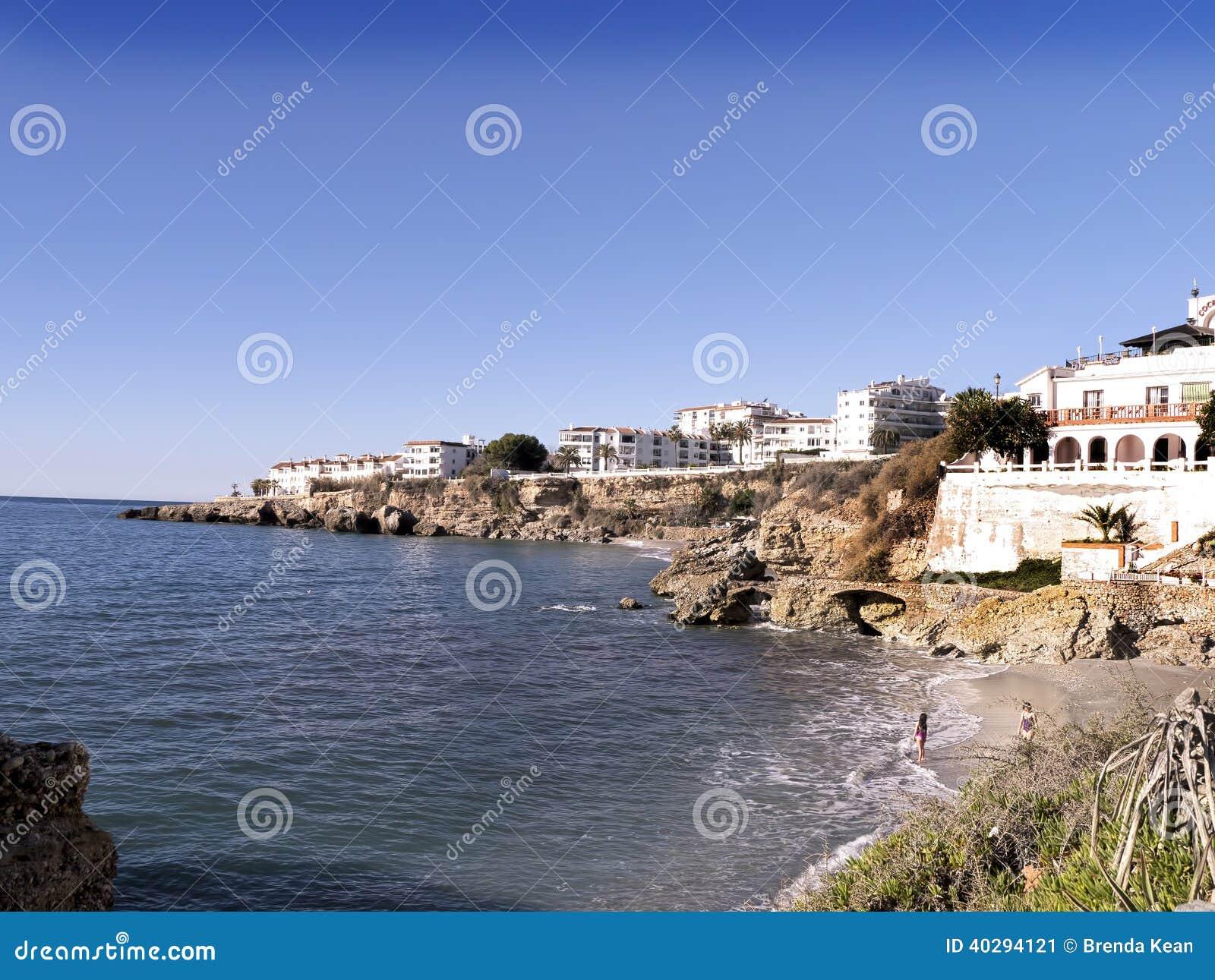 Encalhe as cenas em Nerja, um recurso em Costa Del Sol perto de Malaga, Andalucia, Espanha, Europa