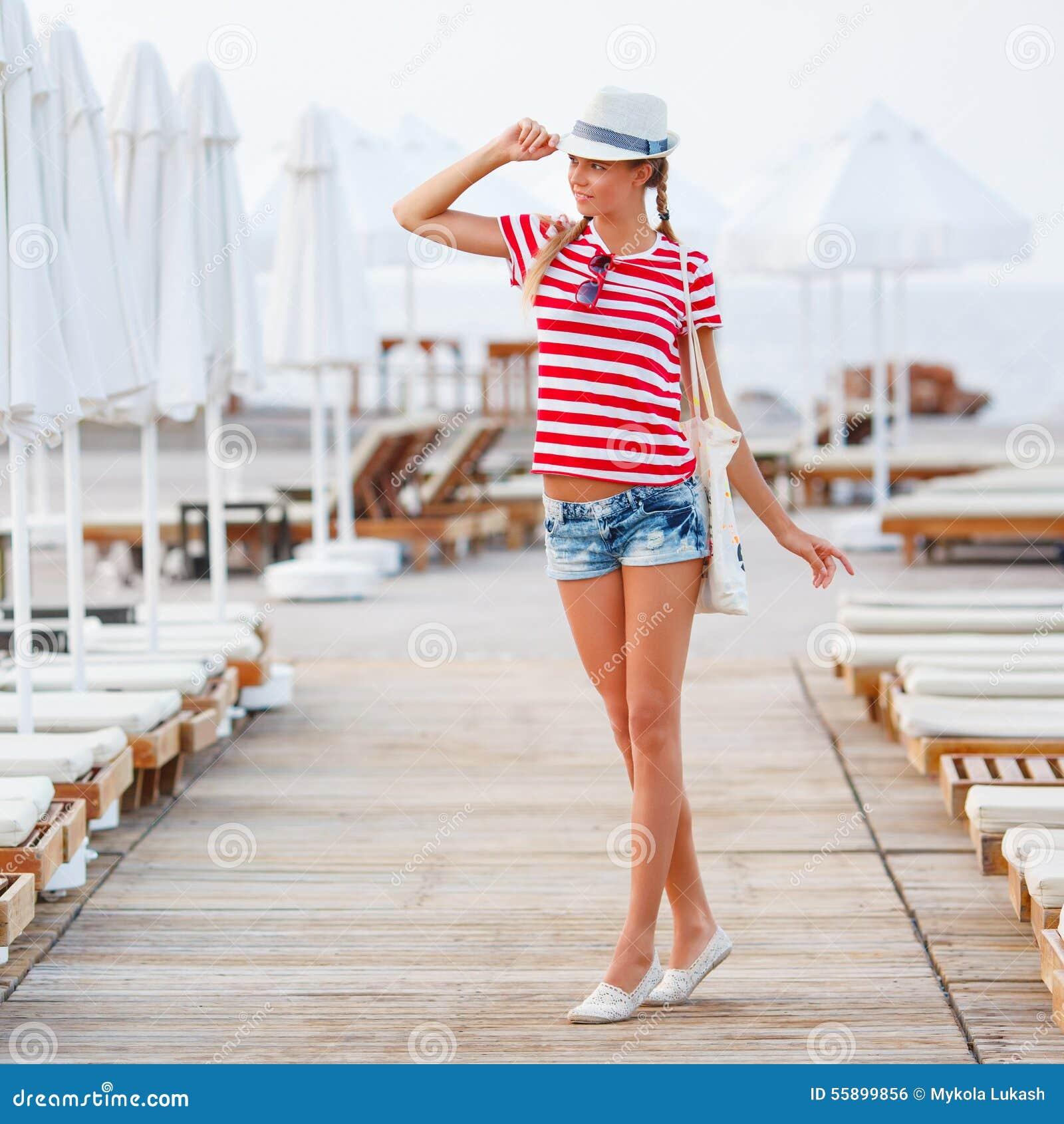 Encalhe a mulher feliz e encalhe o chapéu que tem o divertimento do verão durante férias dos feriados do curso