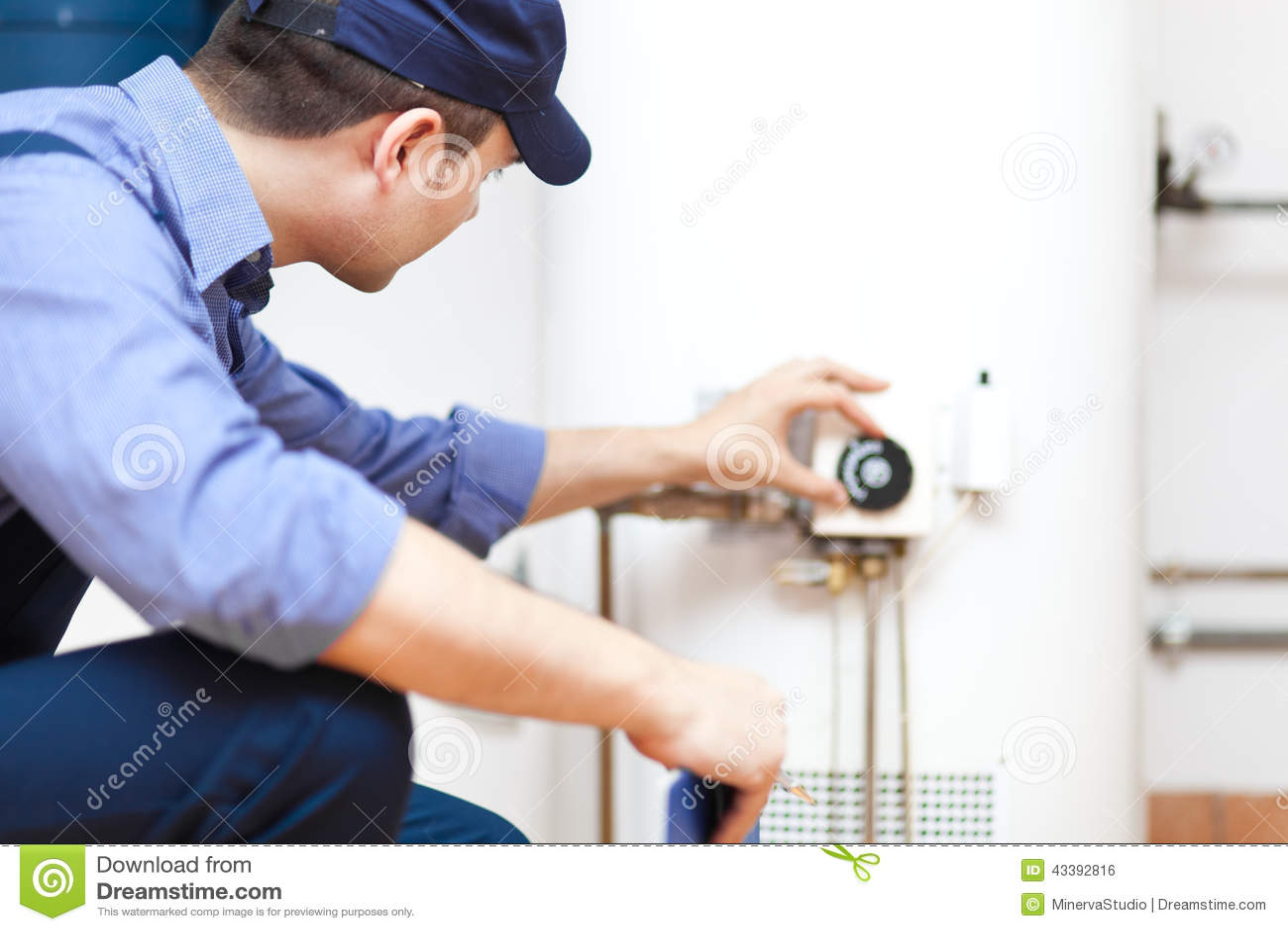 Encanador que repara um calefator de água quente