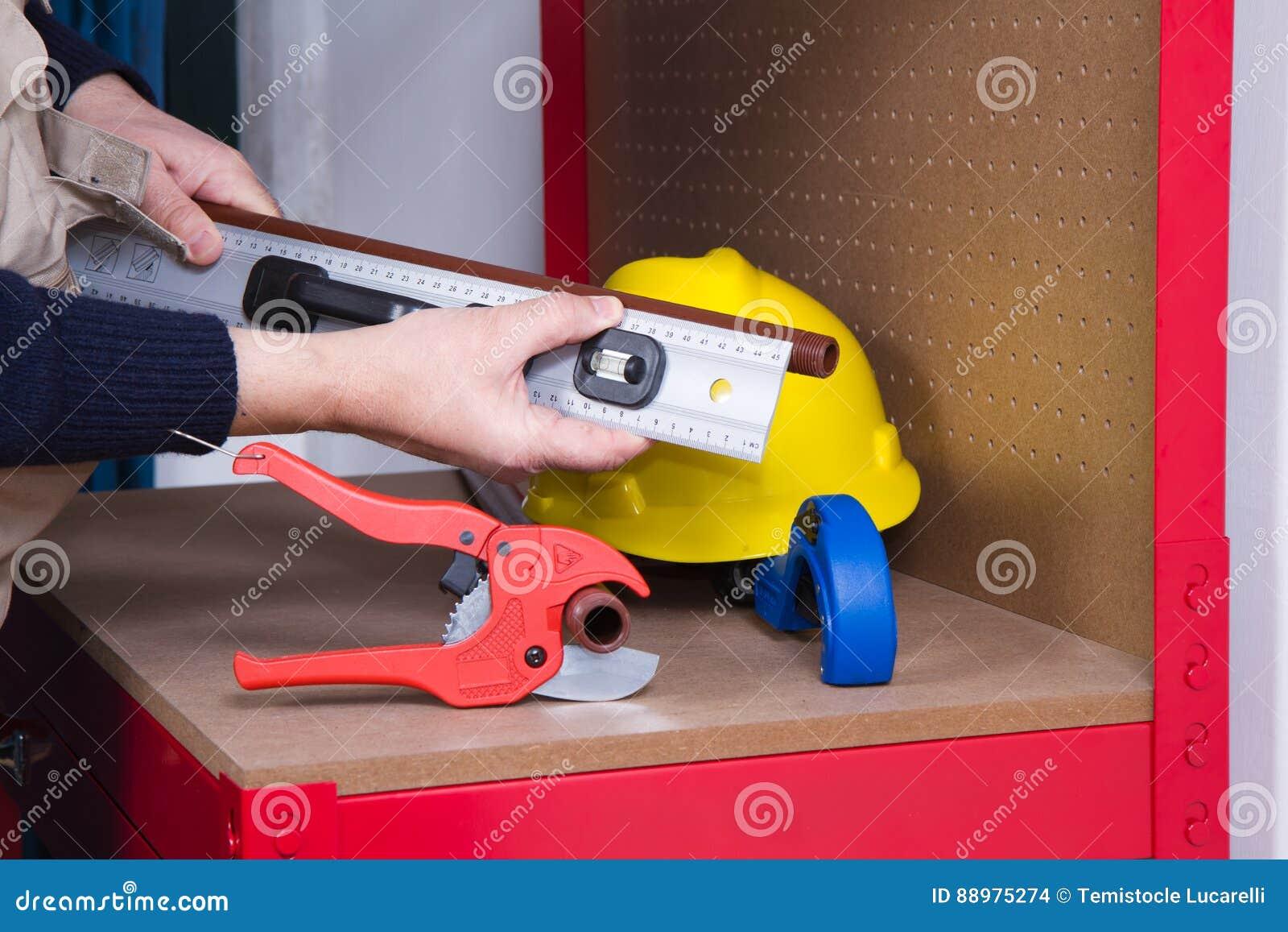 Encanador que trabalha com tubulações