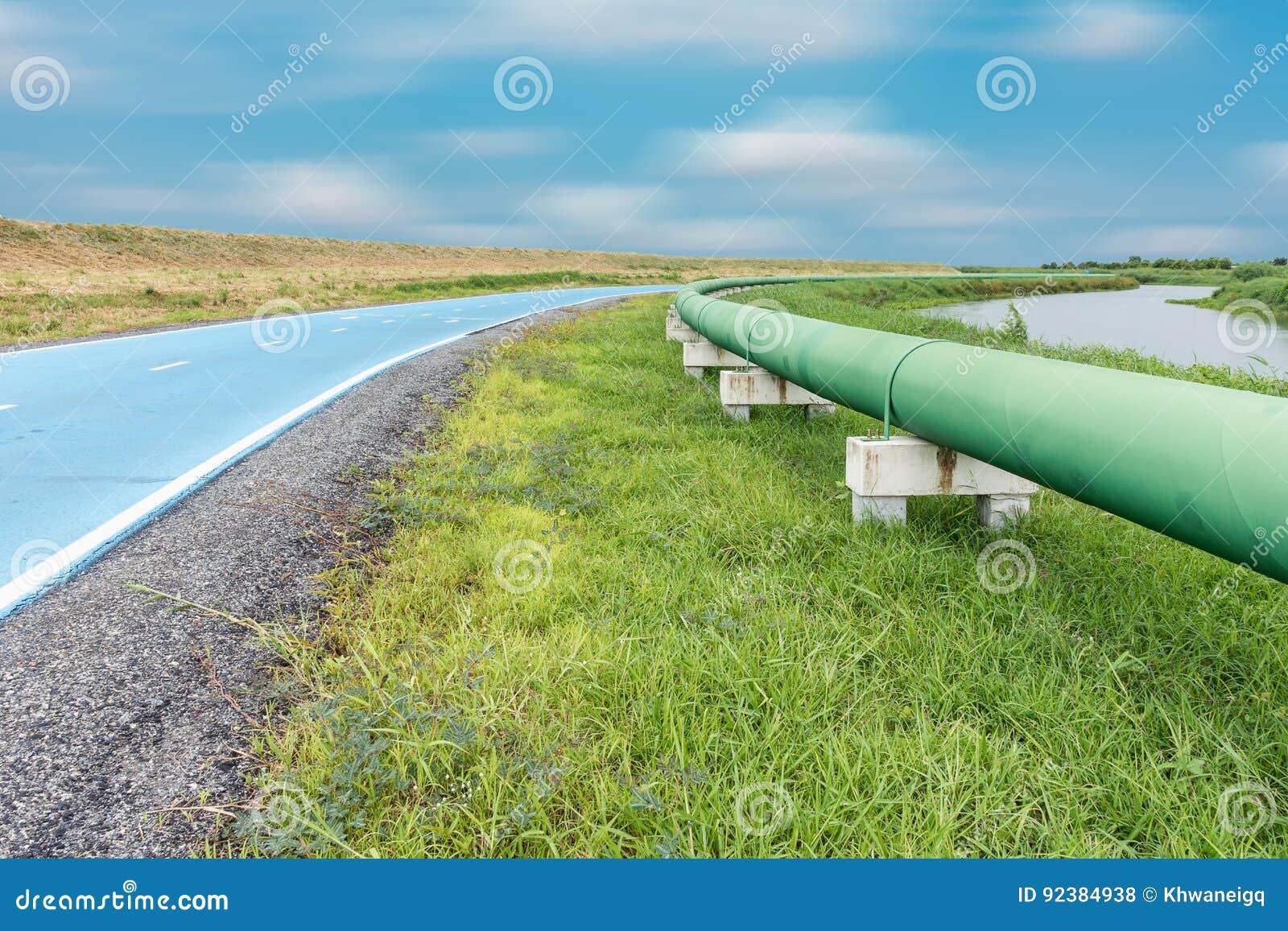 Encanamento e distribuição da água crua paralelos da estrada