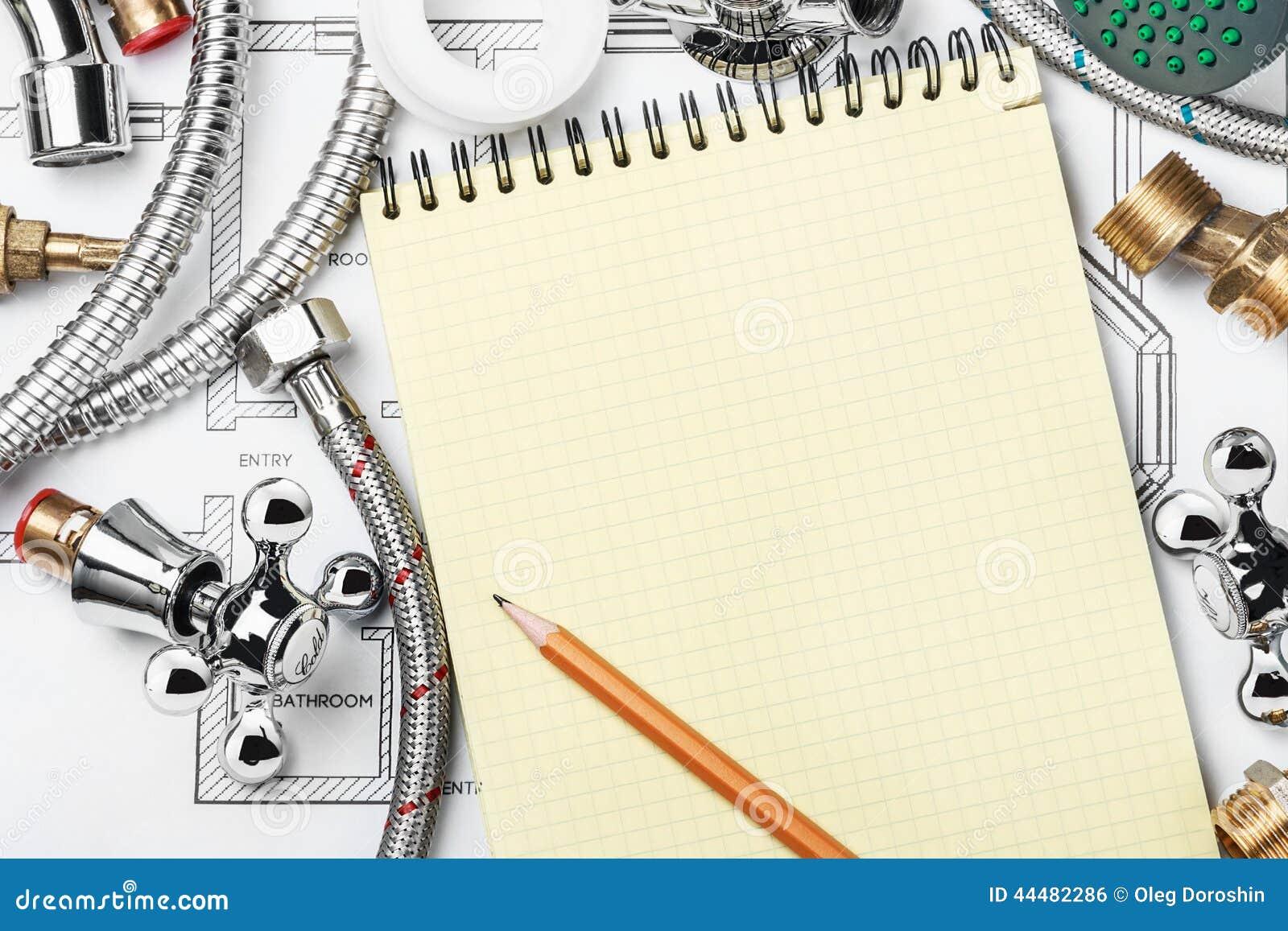 Encanamento e ferramentas com um caderno