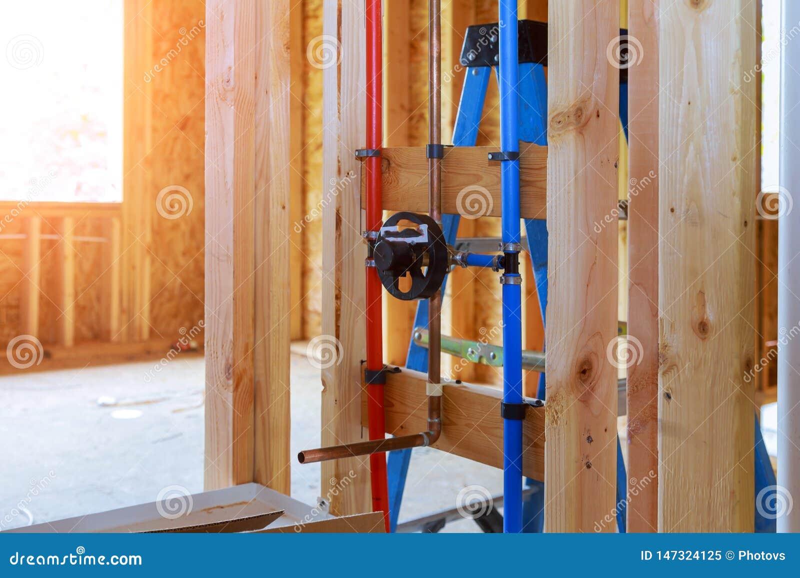 Encanamento novo da casa dentro de um quadro da casa sob o interior da construção