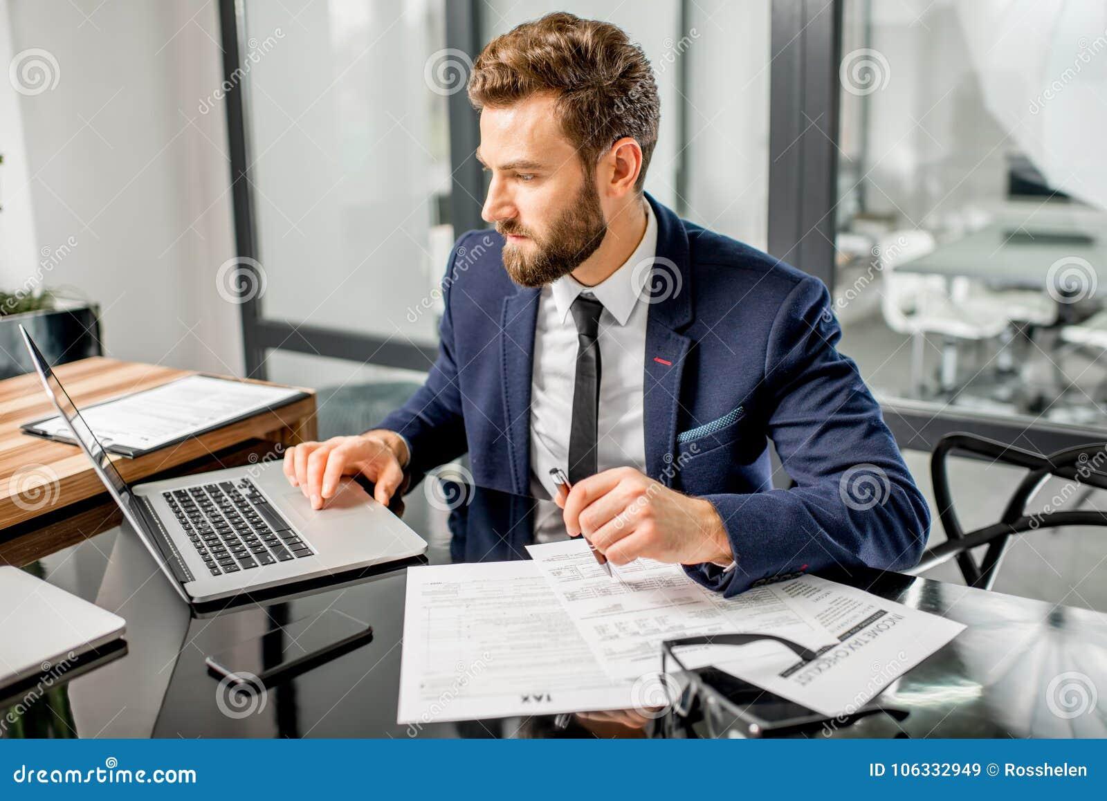 Encargado del impuesto que trabaja en la oficina