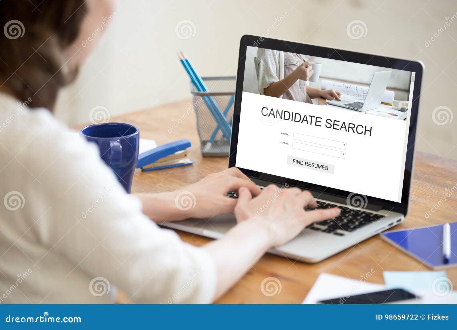 Encargado que busca para los nuevos candidatos en línea, recurso humano m de la hora
