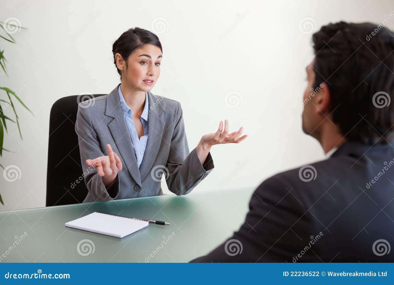 Encargado que se entrevista con a un empleado