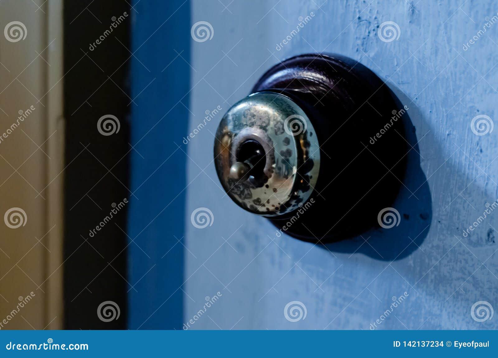 Encender de cobre amarillo del tirón de la electricidad de la seguridad del vintage una pared