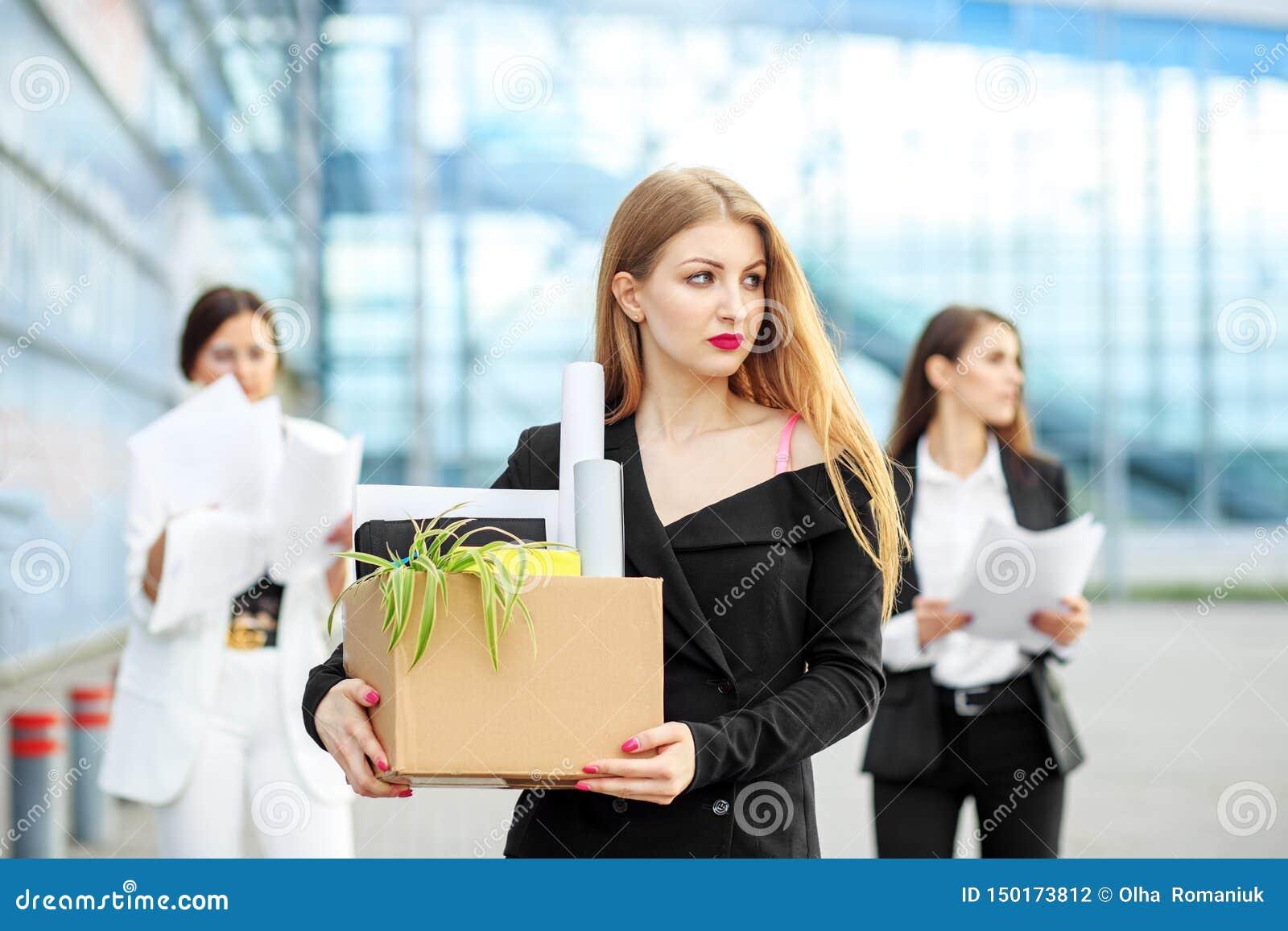 Encendieron al especialista joven de la sociedad El final de una carrera Concepto para el negocio, desempleo, intercambio de trab