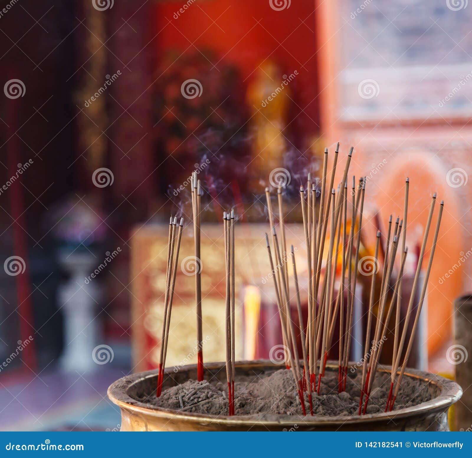 Encens brûlant à l arrière-plan chinois de temple bouddhiste, offre de matériel des pratiques en matière de dévotion bouddhistes