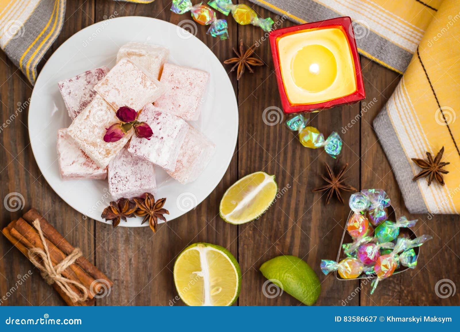 Enchantez, ou Lokum - douceur de farine de sucre, avec de l amidon d addition, et les écrous Le turc le plus commun, qui est main