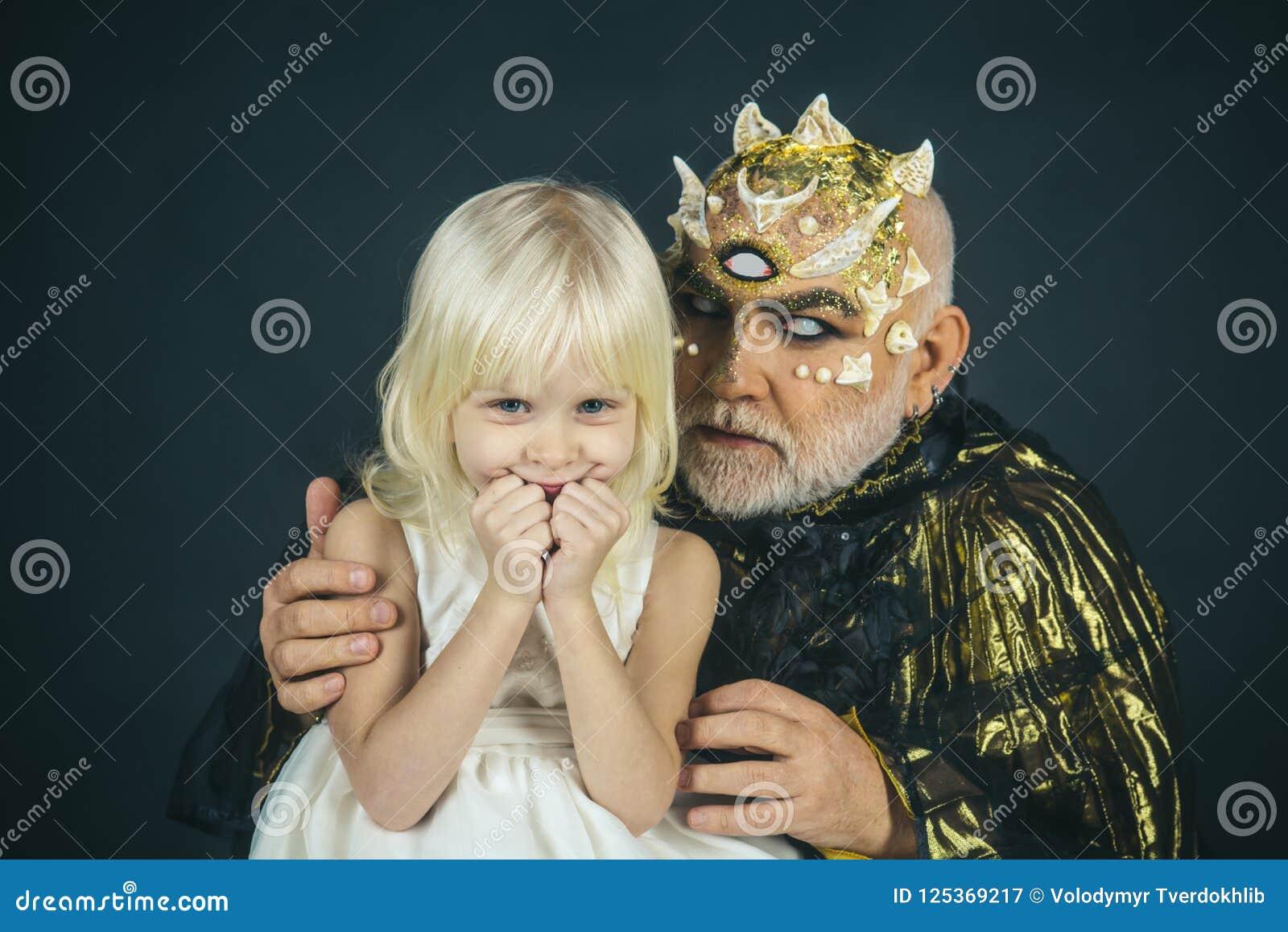 Enchantment σε αποκριές enchantment μυστηρίου του τέρατος αποκριών και του ευτυχούς μικρού κοριτσιού μικρό κορίτσι που χαμογελά κ
