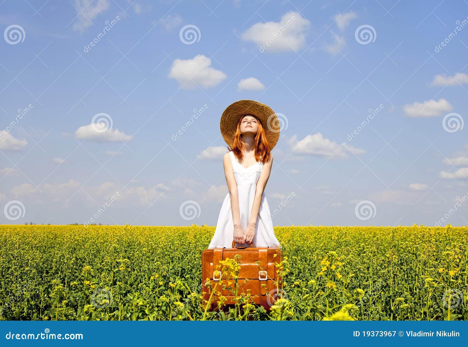 Enchantress do Redhead com mala de viagem