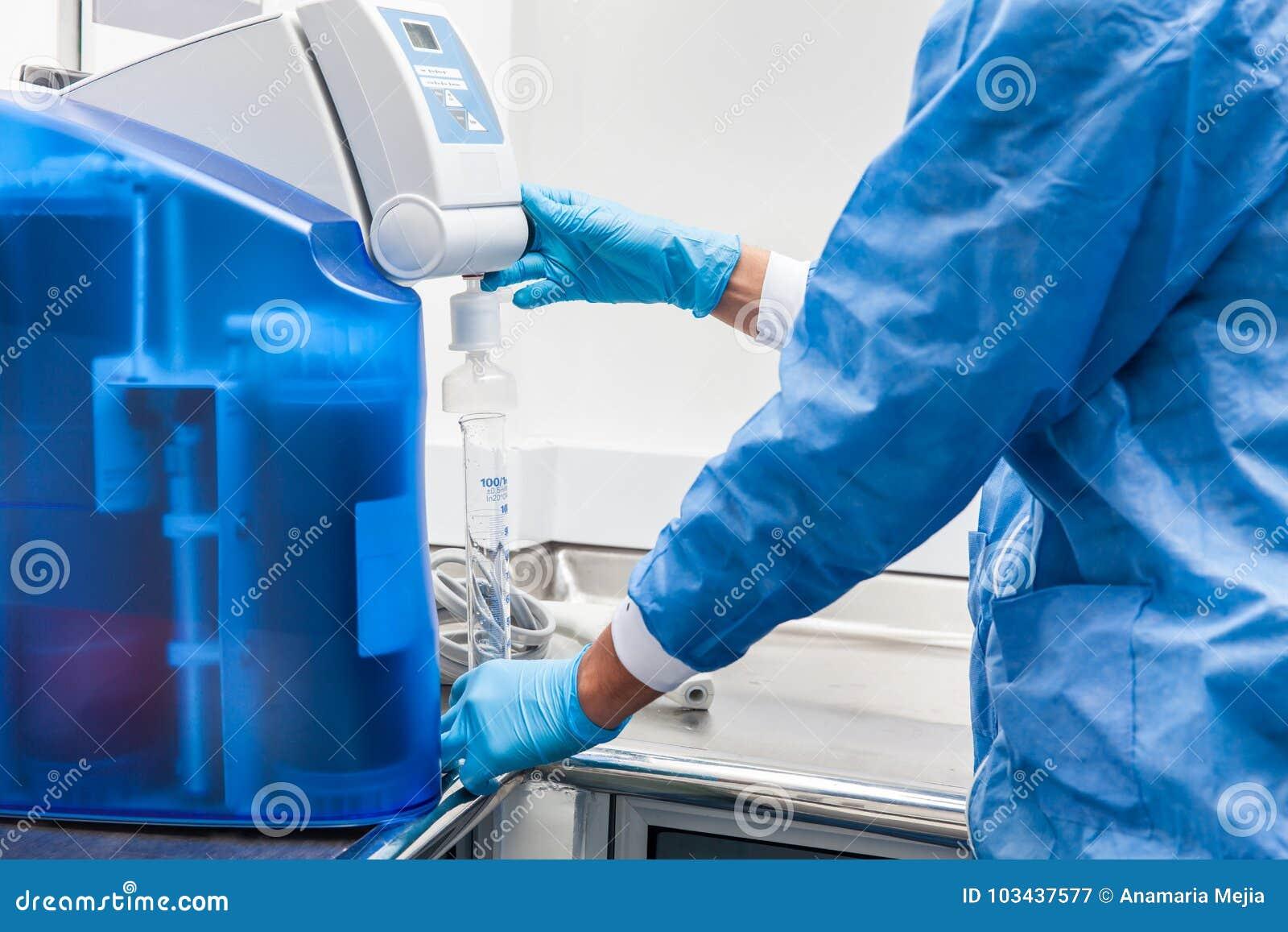 Enchendo um cilindro graduado com a água destilada em l