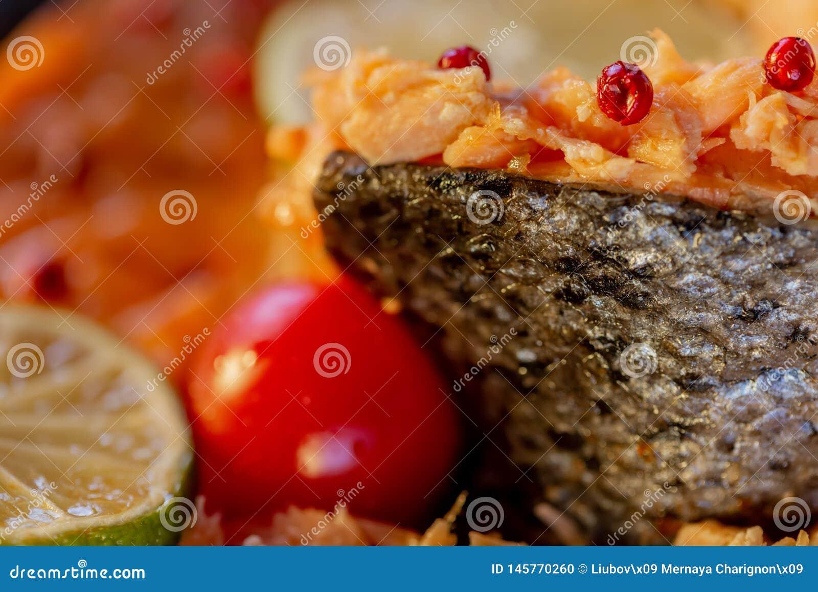Enchido pesque um salmão e um tomate
