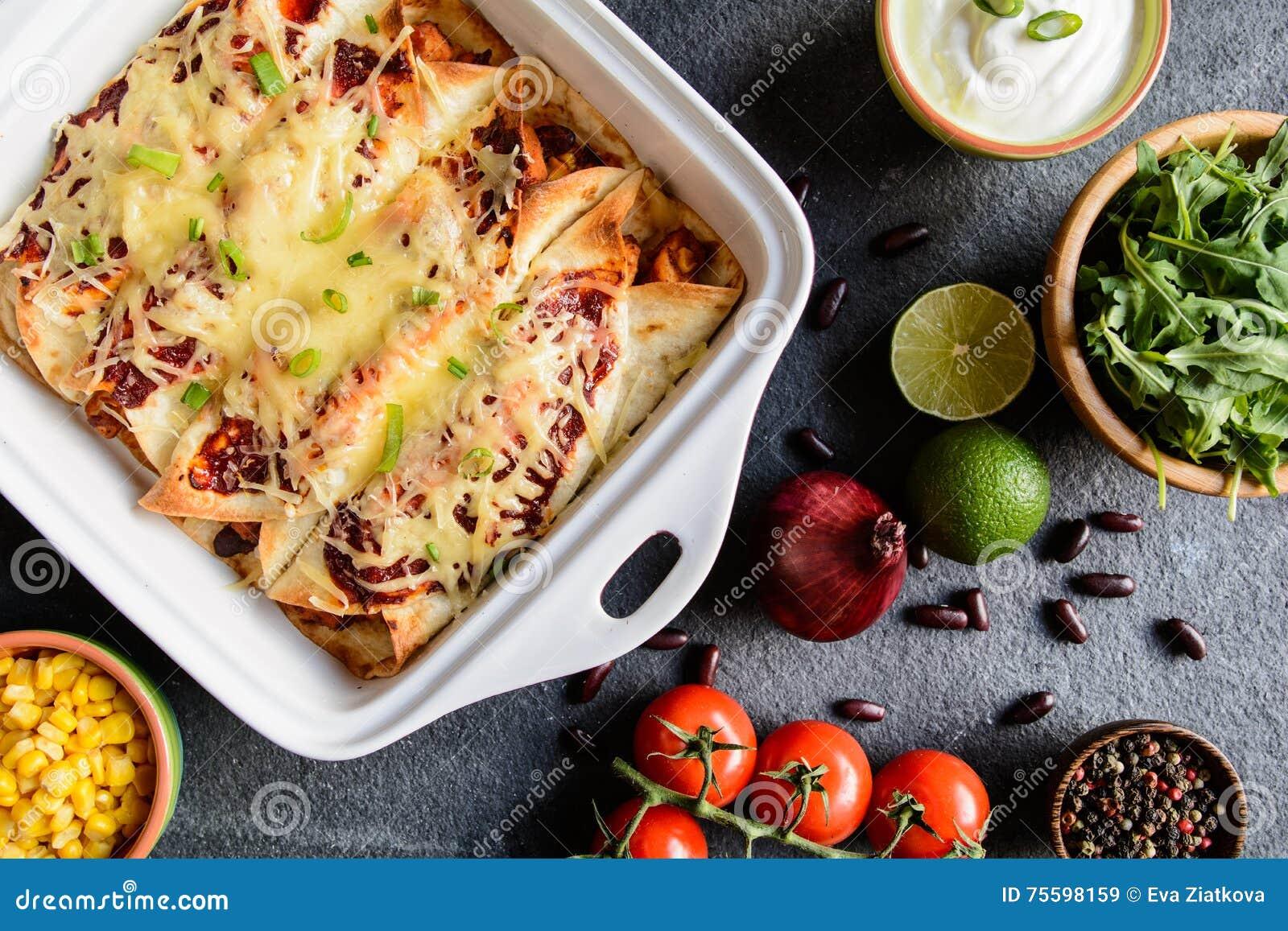 Enchiladas del pollo con salsa al pomodoro, mais, i fagioli ed il formaggio piccanti