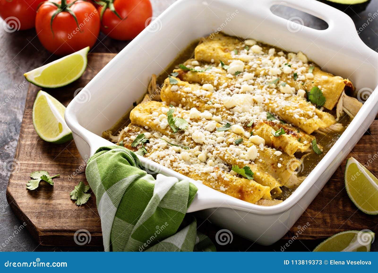 Enchiladas del pollo en un plato de la cazuela