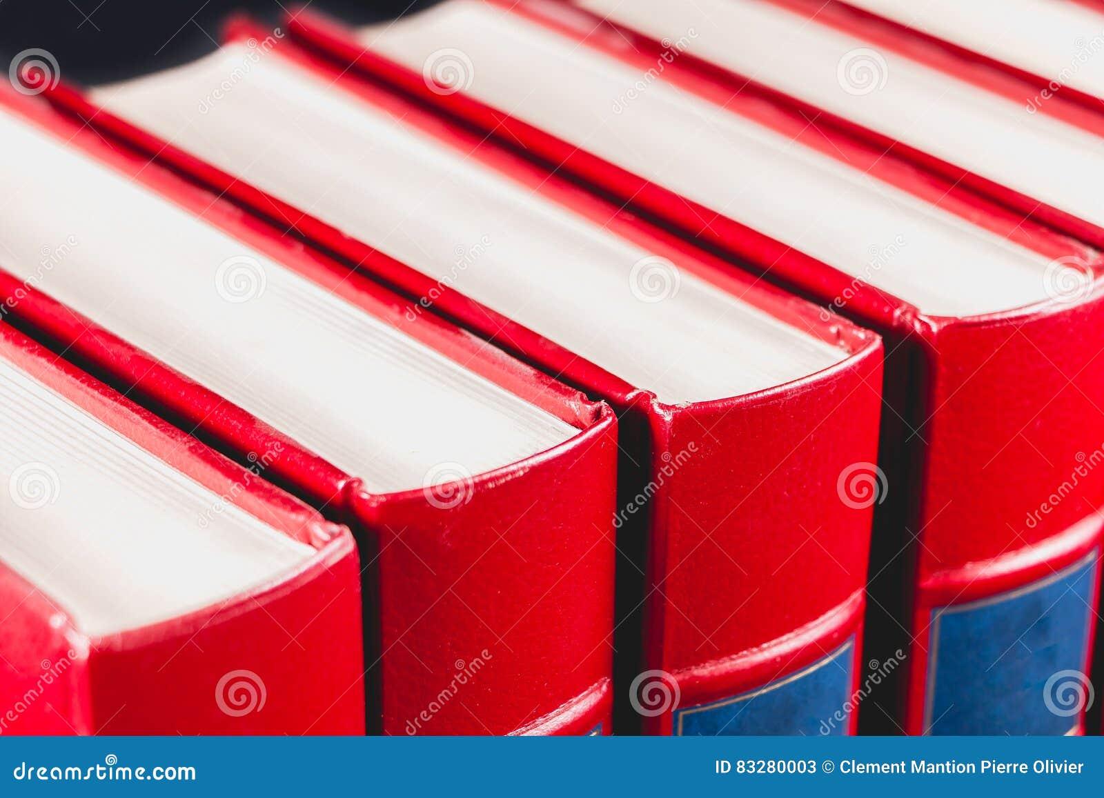 Enciclopédias velhas no fundo preto