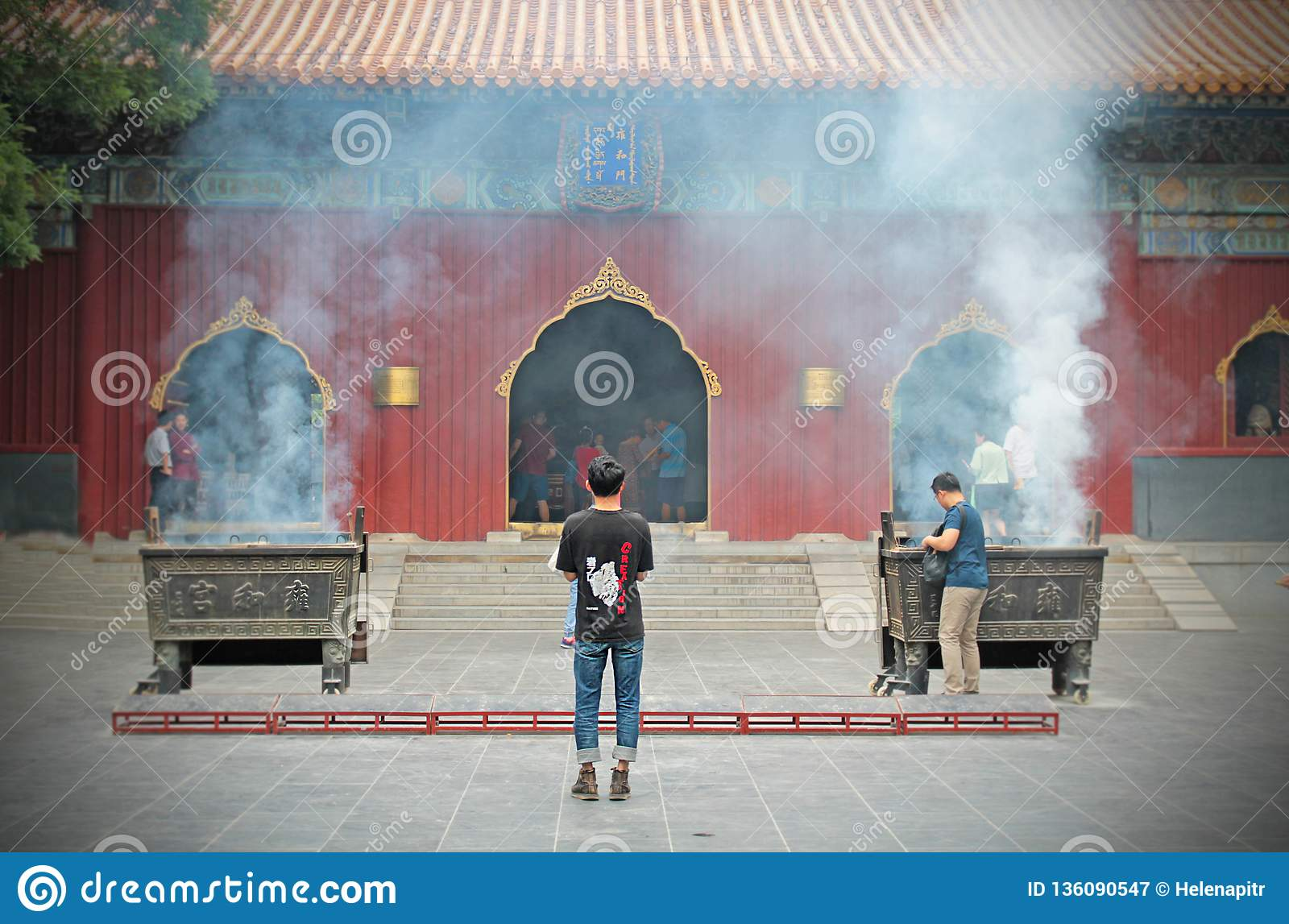 Encienda su palillo del incienso en Lama Temple