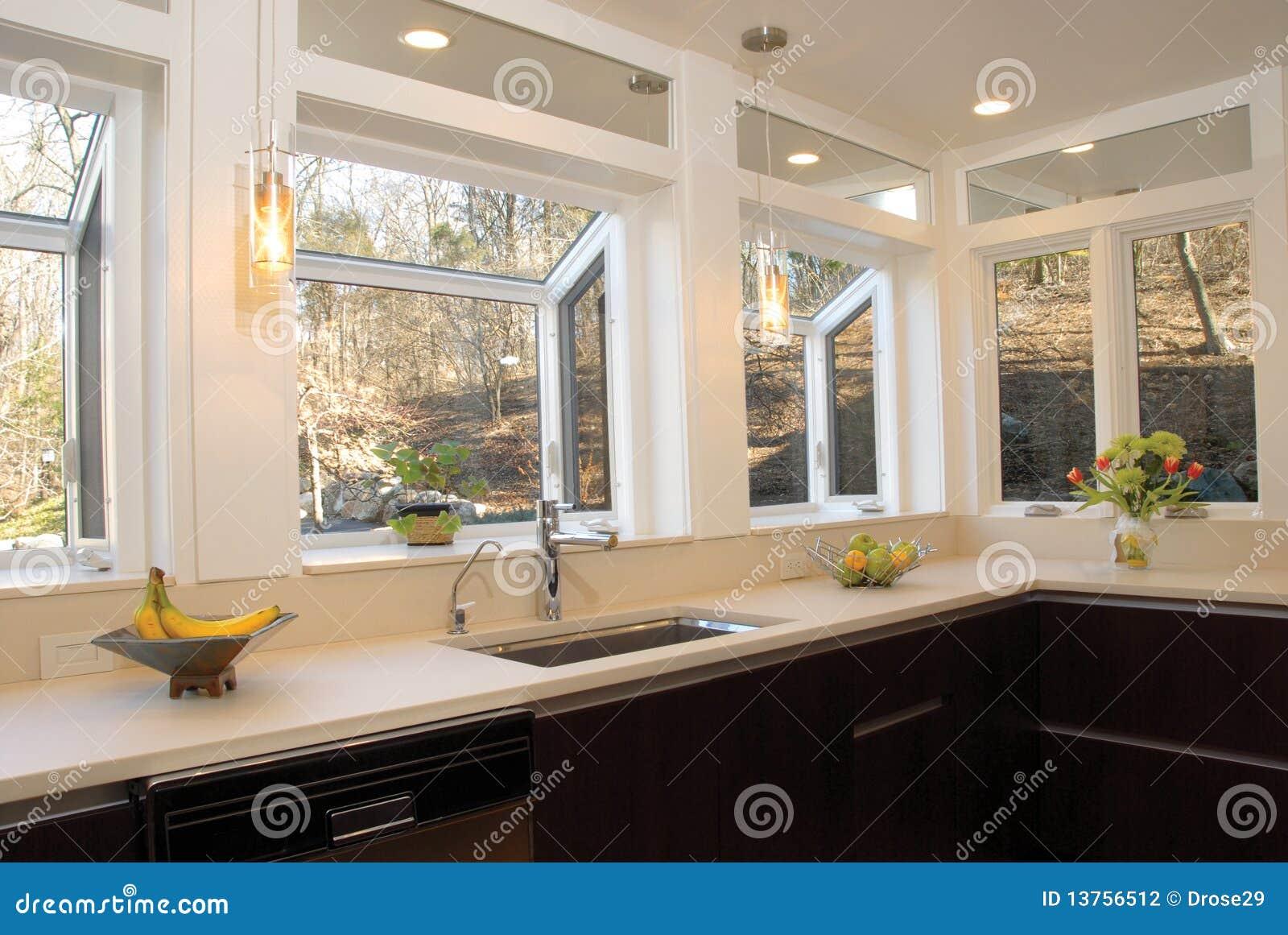 Encimera de la cocina con muchas ventanas foto de archivo for Fenetre rectangulaire cuisine