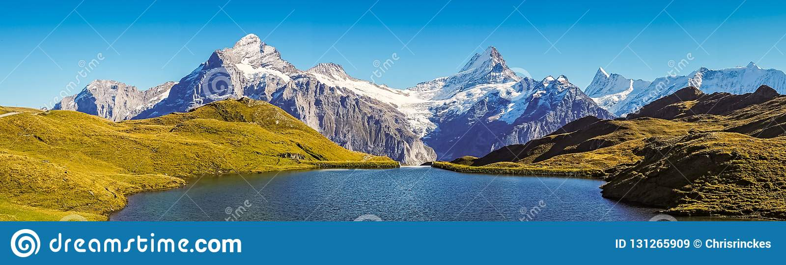 Encontrando Bachalpsee ao caminhar primeiramente aos cumes de Grindelwald Bernese, Suíça