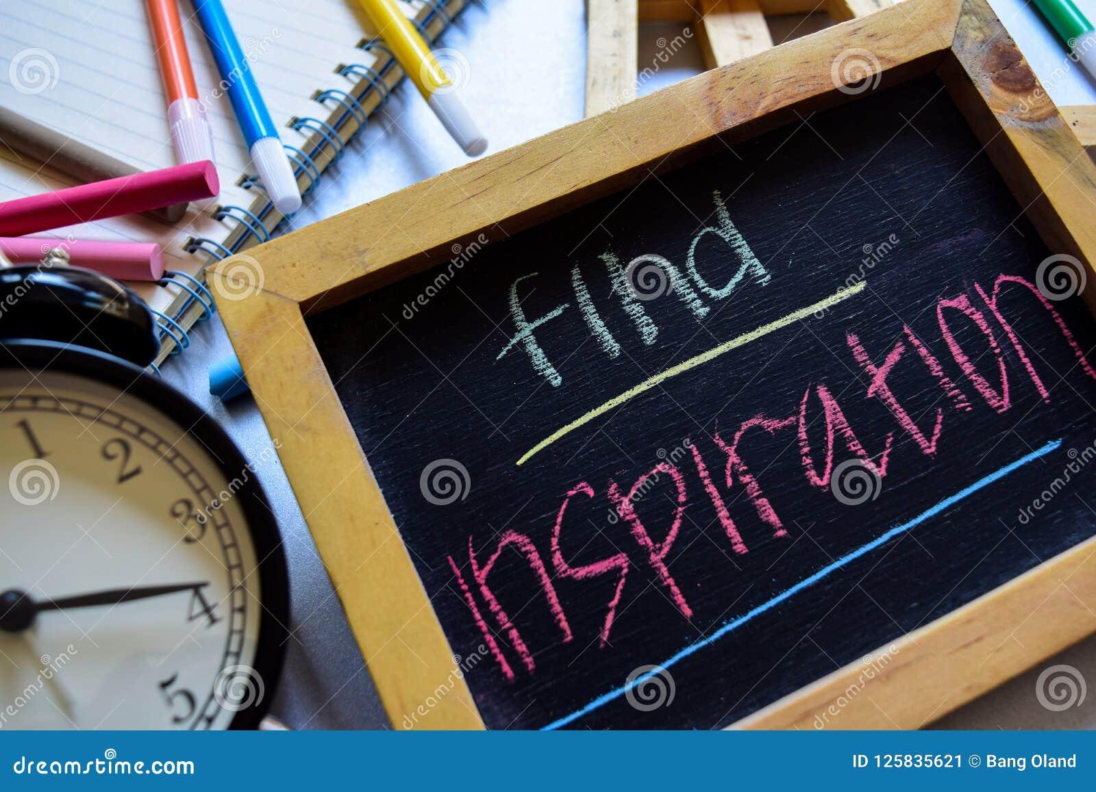 Encontre a inspiração em escrito à mão colorido da frase no quadro, no despertador com motivação e nos conceitos da educação
