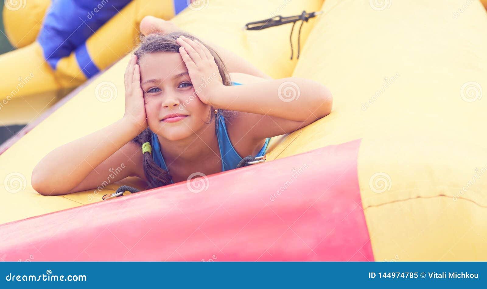 Encontro de relaxamento da menina bonito no retrato inflável do close-up do colchão
