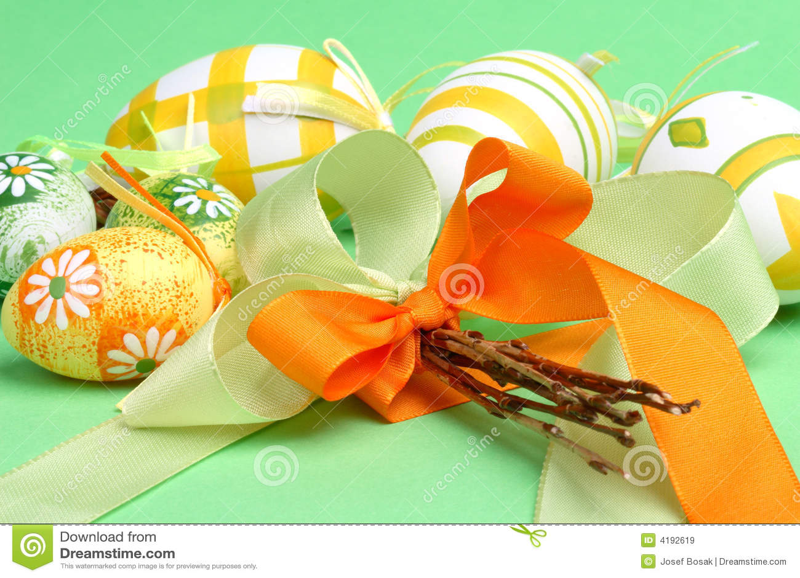 Encore-durée de Pâques avec des oeufs