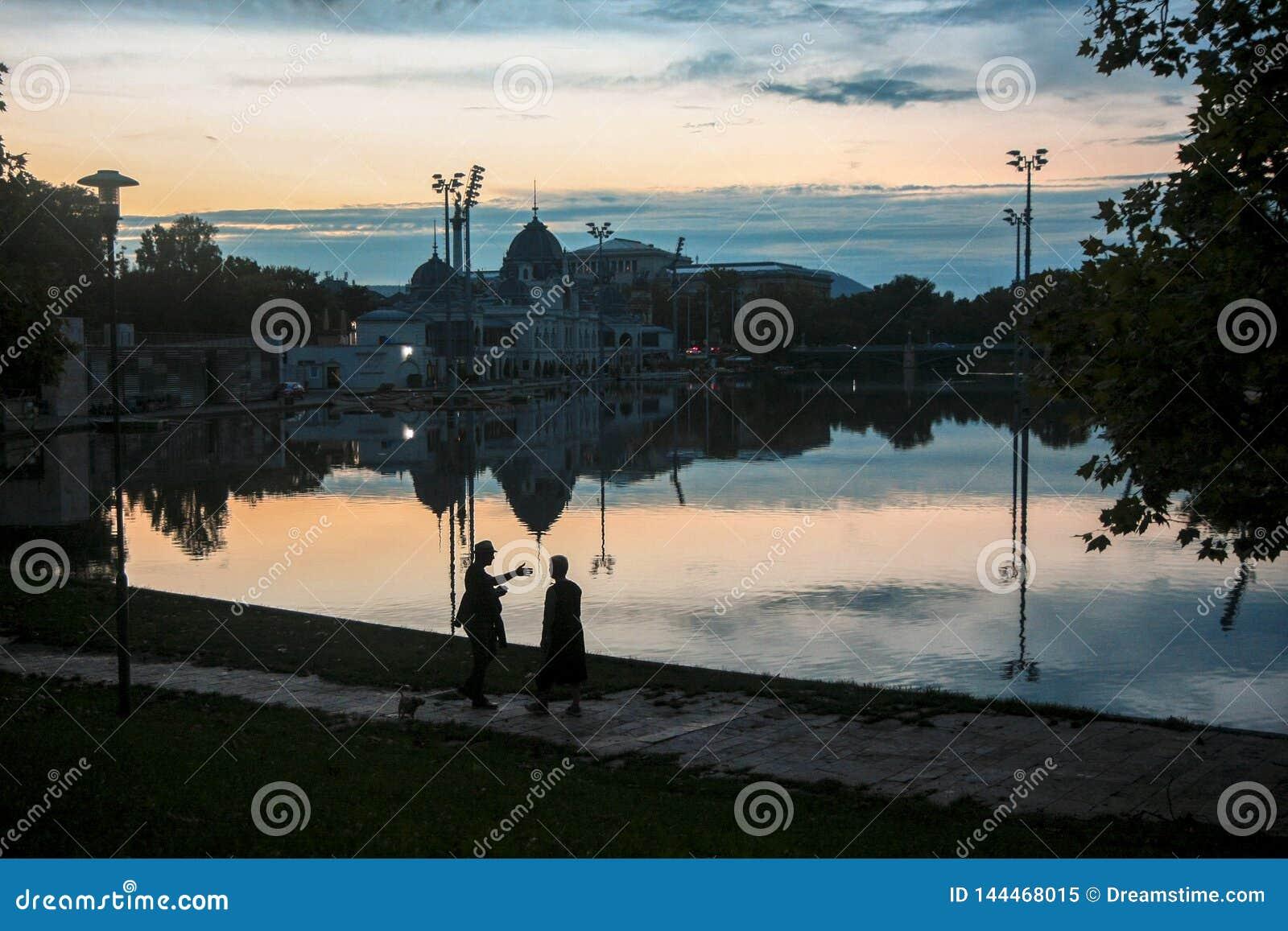 Encuentro en un lago en una puesta del sol